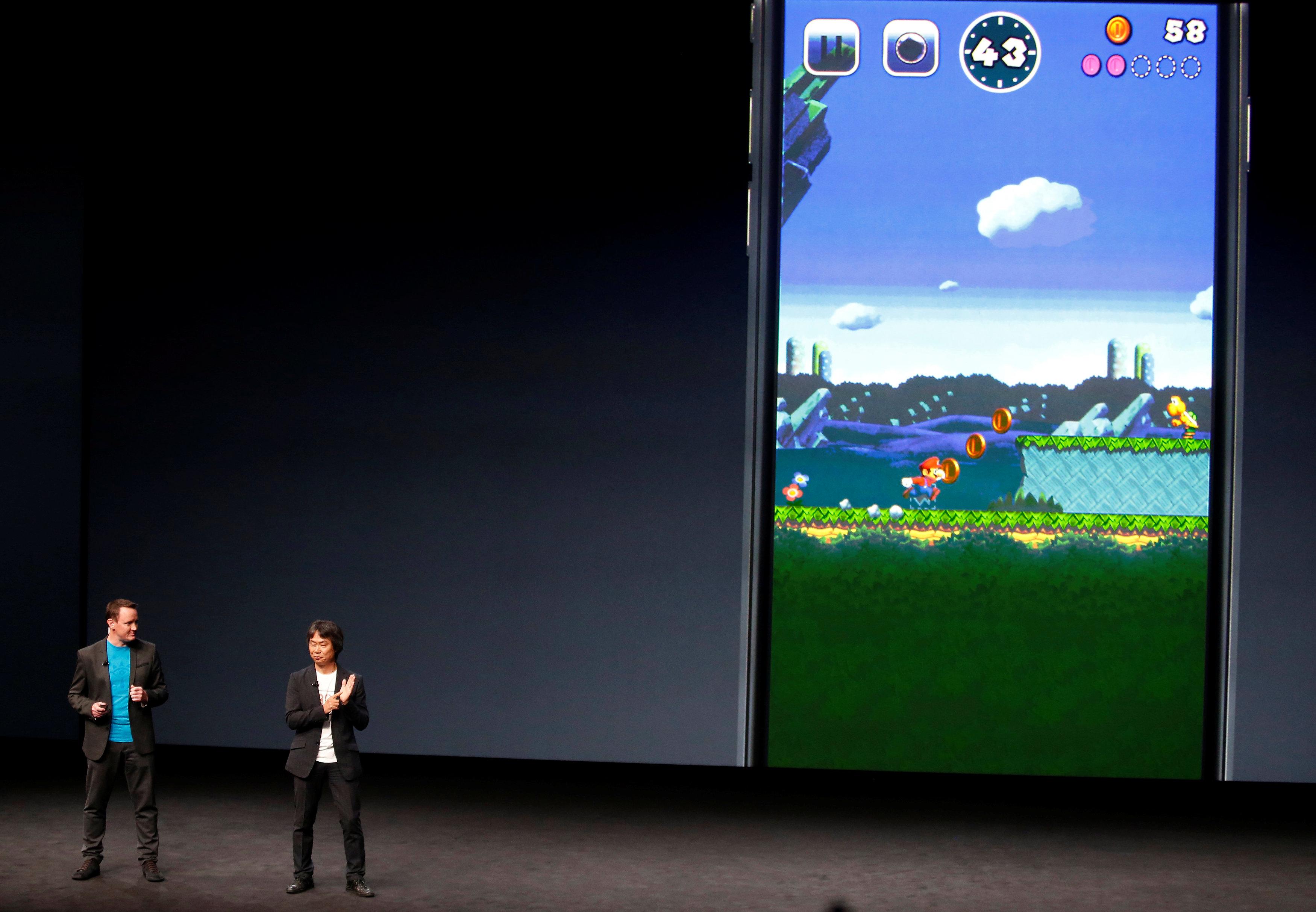 Shigeru Miyamoto (rechts) bei der Ankündigung von «Mario Run» für das iPhone bei Apple in San Francisco im September. Nun ist das Spiel weltweit erhältlich.