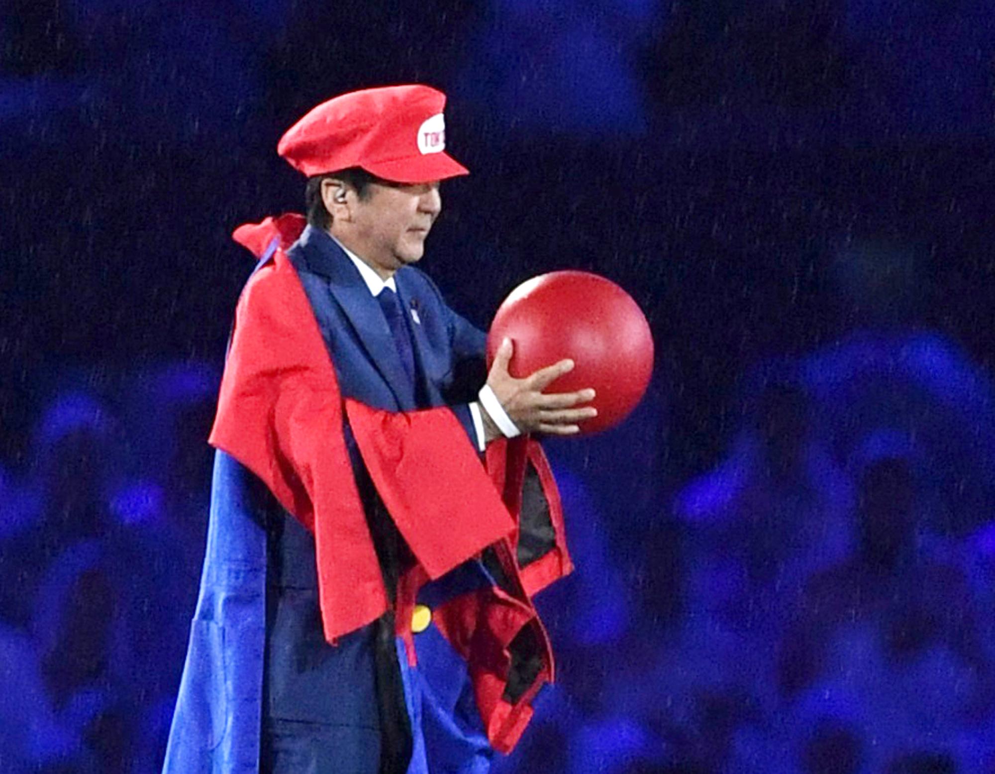 Japans Premierminister Shinzo Abe hatte während der olympischen Sommer-Spiele 2016 in Brasilien einen Auftritt – verkleidet als Super Mario. Es kann heiter werden an den Spielen in Japan 2020.