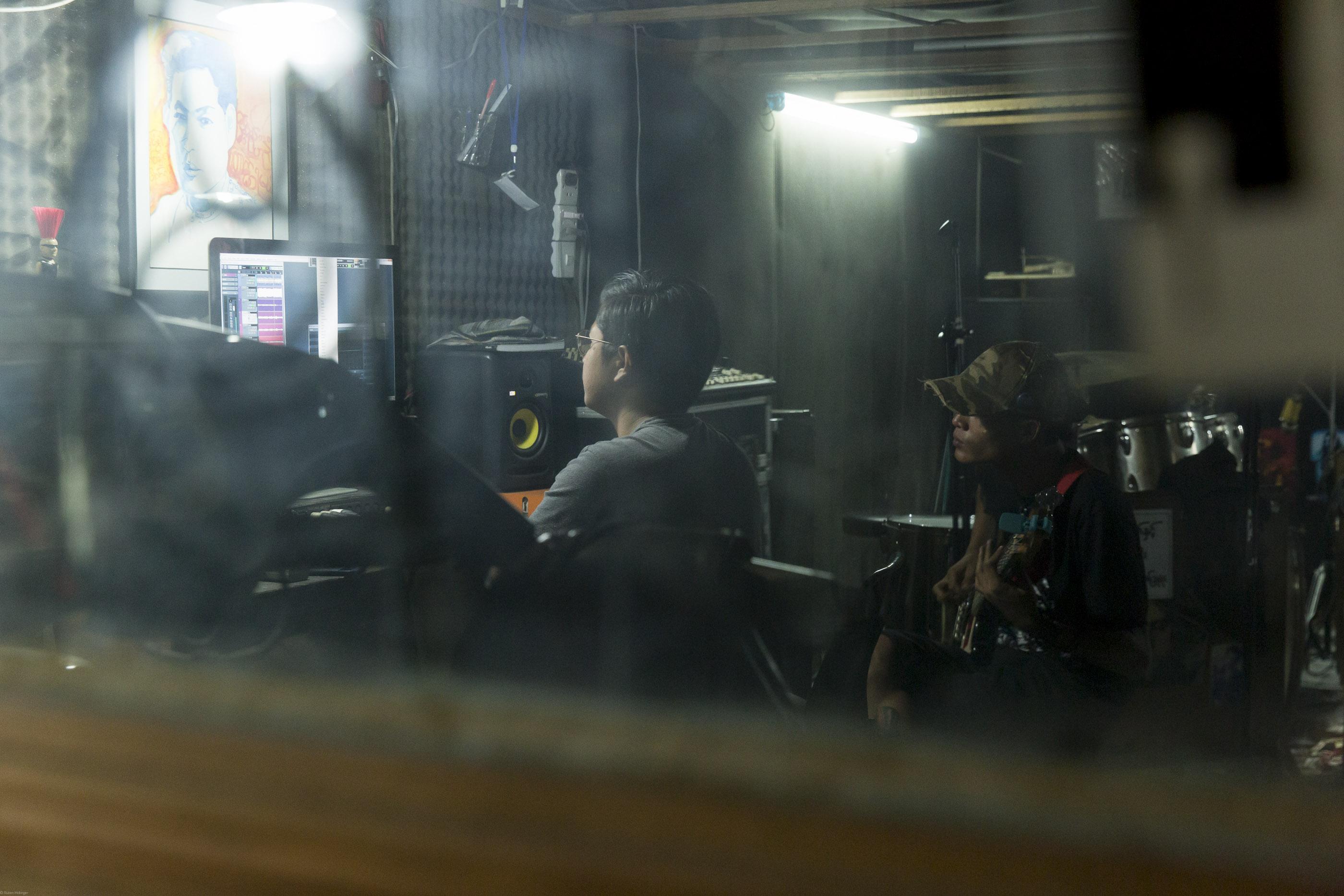 Flickt heute lieber Equipment zusammen als vor Zehntausend-Publikum zu spielen: Eaiddhi im Proberaum seiner neuen Band No U Turn.
