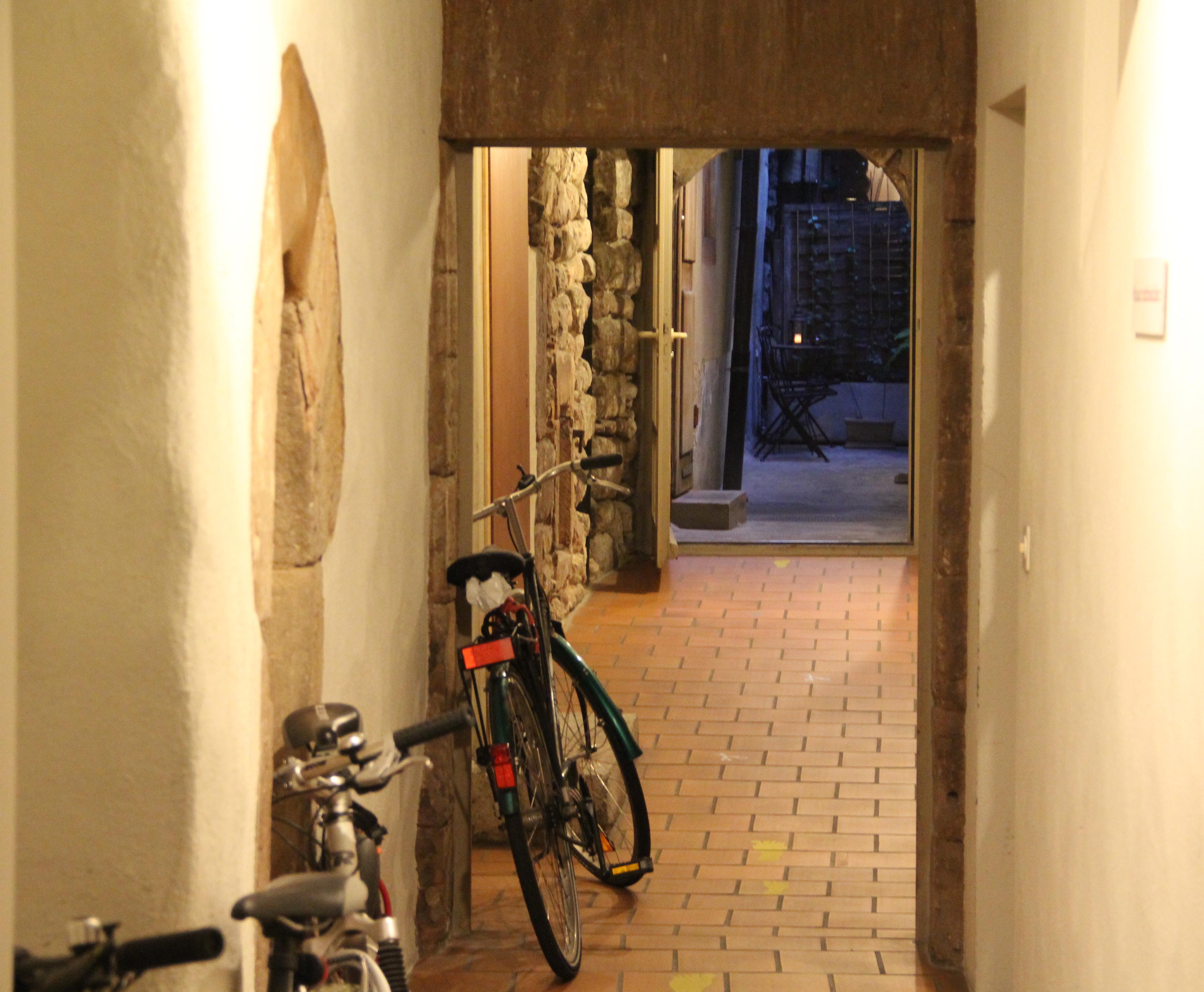 Einer von mehreren versteckten Erschliessungswege: Das St. Andreasgässlein ist heute in ein Treppenhaus integriert. Einst war der Trampelpfad dazu da, um in die Hinterhäuser der Talstadt zu gelangen.