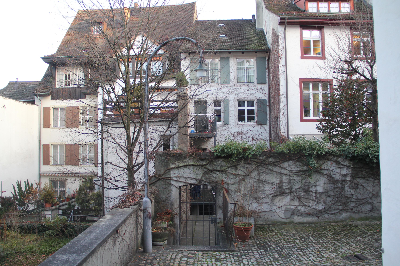 Etwas versteckt und weniger bekannt als sein Namensvetter: Das obere Pfeffergässlein führt nicht zum Imbergässlein, gewährt aber Einblick zu den Hinterhäusern der Altstadt.