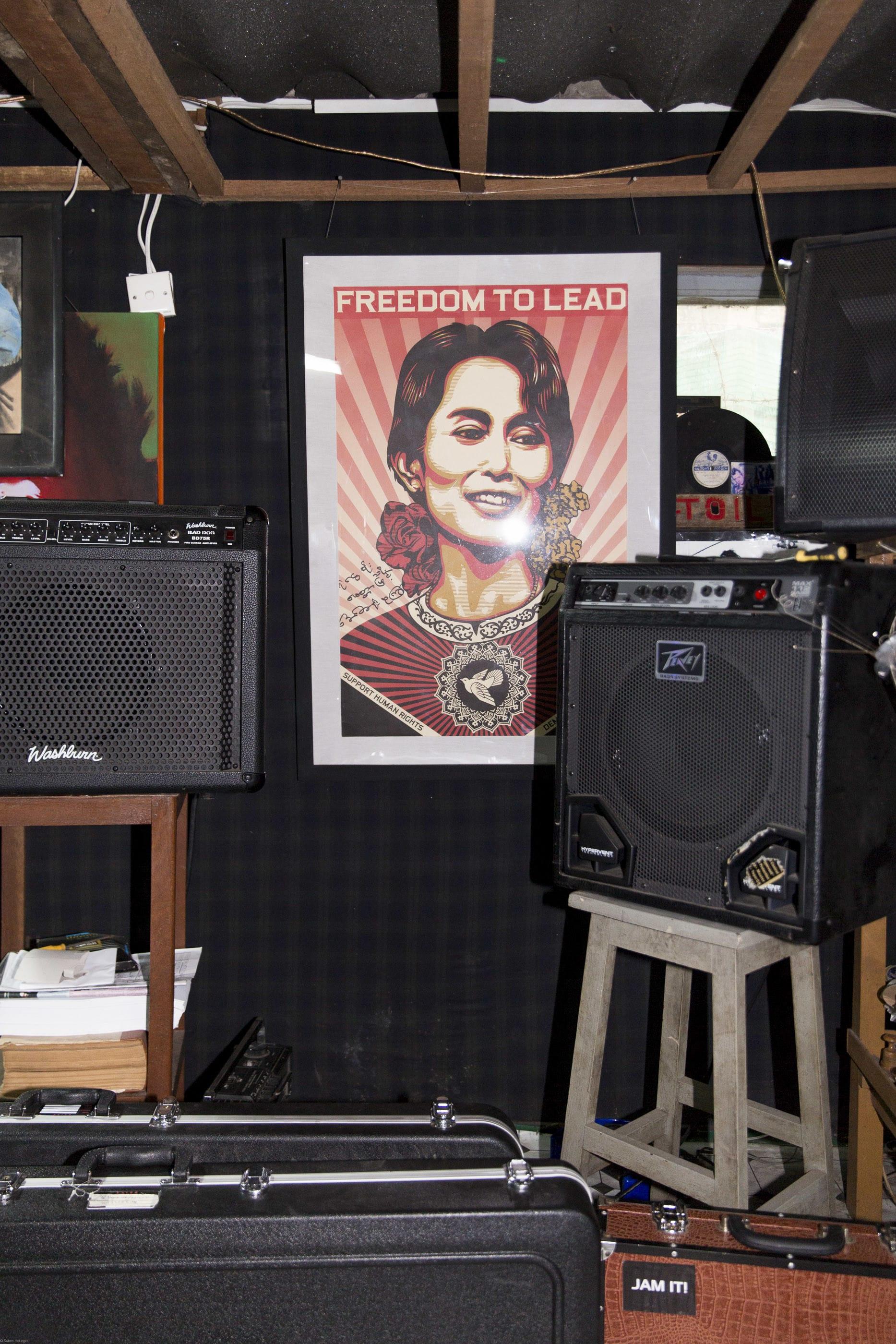 Polit-Ikone Aung Sang Suu Kyi hängt zwar prominent im Proberaum von Eaiddhis Band, dennoch geht es hier weniger ums sie. «T