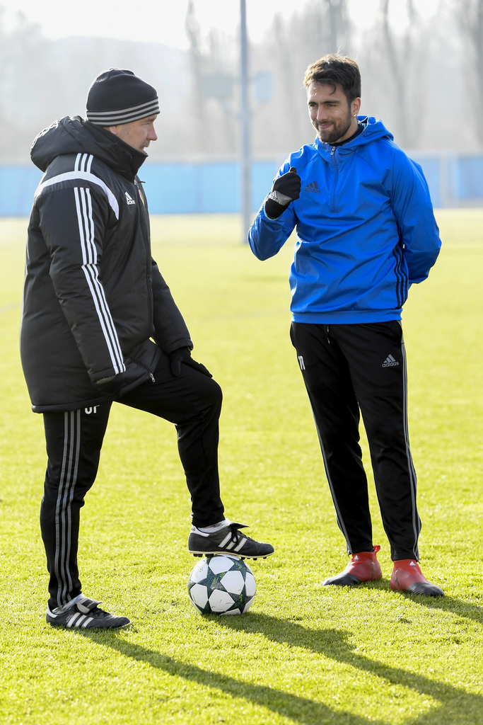 Head coach Urs Fischer, left, and captain Matias Delgado, right, of Switzerland's FC Basel 1893 during a training session in the St. Jakob-Park training area in Basel, Switzerland, on Monday, December 5, 2016. Switzerland's FC Basel 1893 is scheduled to play against England's Arsenal FC in an UEFA Champions League Group stage Group A matchday 6 soccer match on Tuesday, December 6, 2016. (KEYSTONE/Georgios Kefalas)