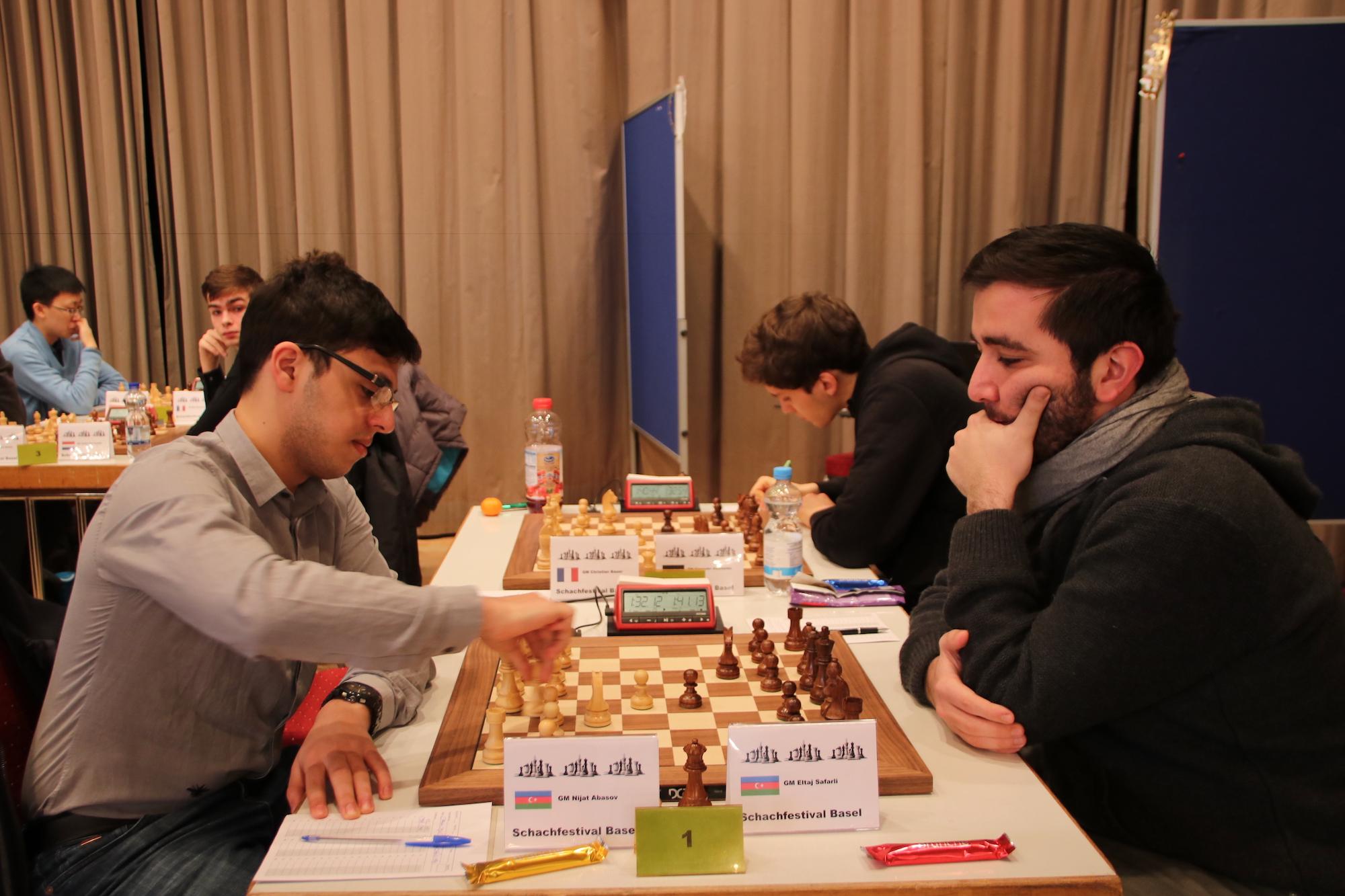 Nihat Abasov (links) und Eltaj Safarli (rechts) sitzen in der Schlussrunde nur drei Minuten am Brett.