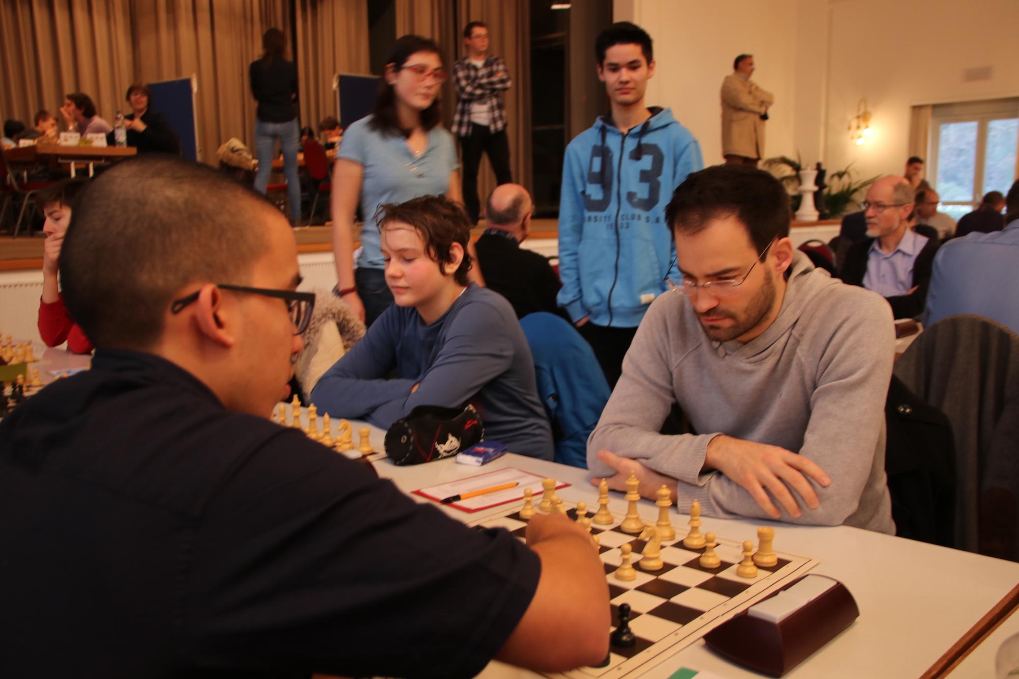 Von der Rolle: Der Schweizer Ausnahmespieler Yannick Pelletier (rechts) muss in der letzten Runde in Riehen fern der Bühne gegen Amateur Simon Schweizer antreten.