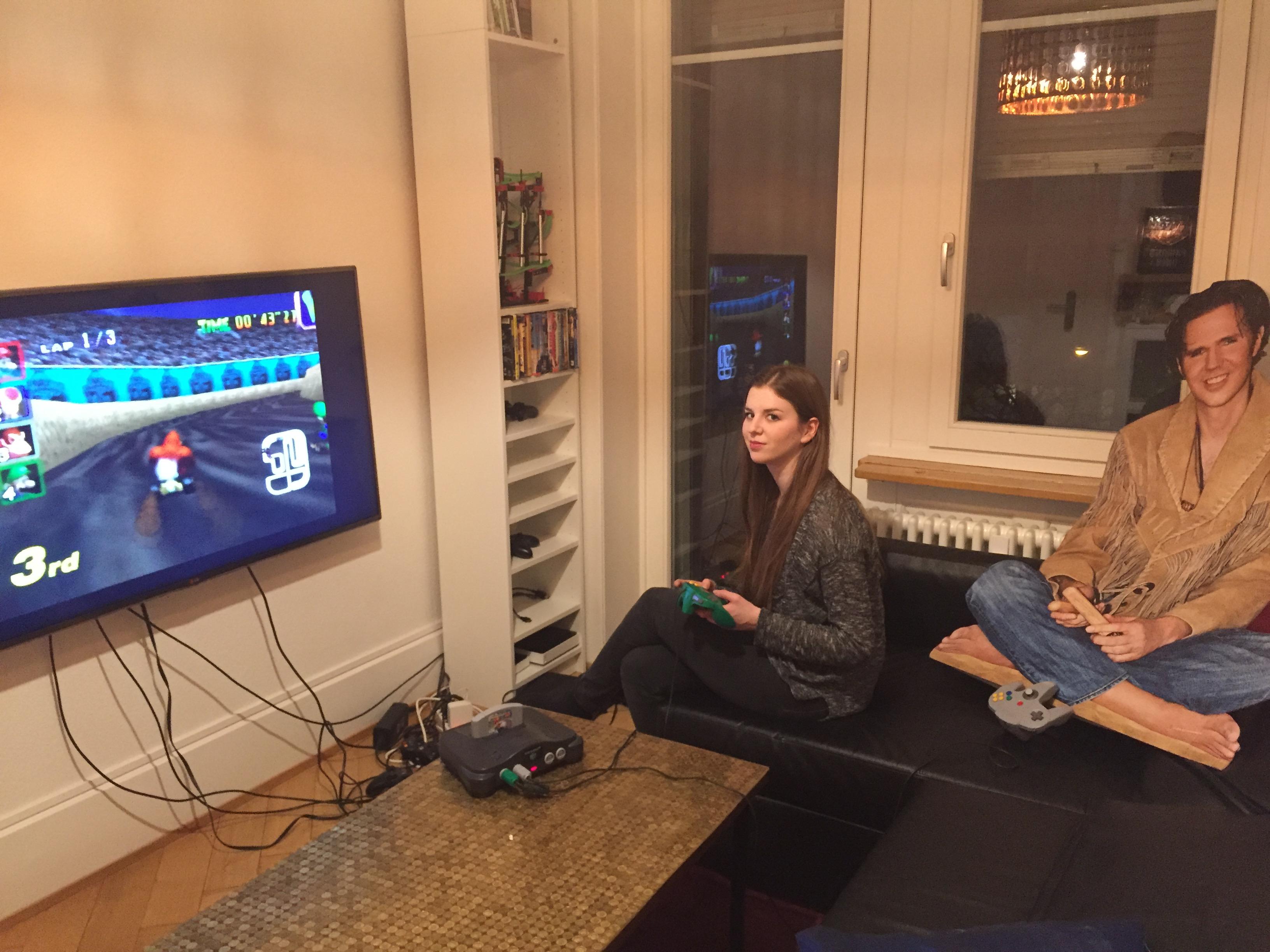 Fragen Sie nicht, wieso ich mit einer Pappfigur Mario Kart spiele. Und wieso ich nur auf dem dritten Platz bin.