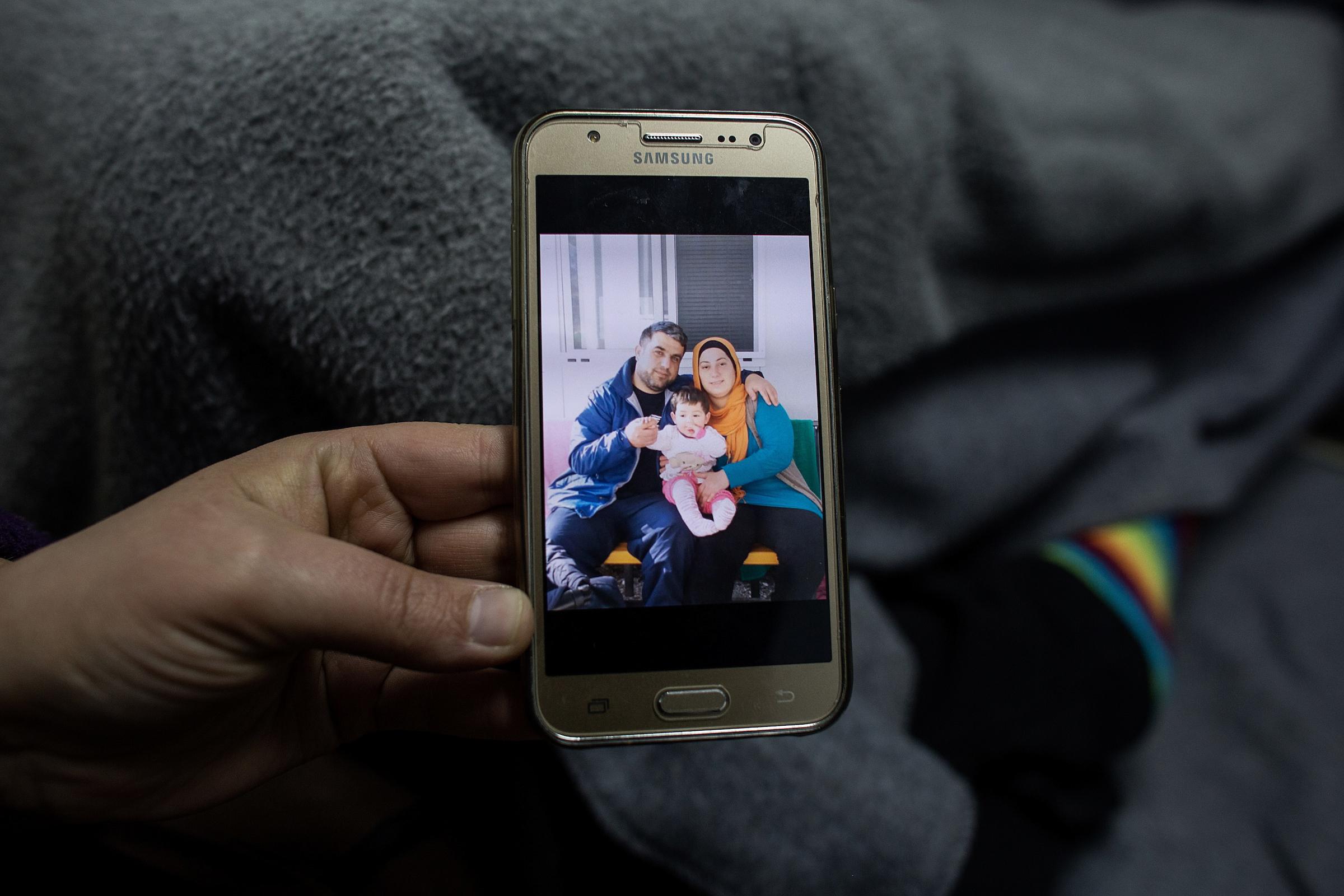 Eine junge Frau aus Syrien, wartet seit Monaten auf ihre Familienzusammenf�hrung. das gemeinsame Baby hat ihr Mann, der schon in Deutschland Asylstatus hat, erst k�rzlich bei einem Besuch in Lagadikia zum ersten Mal gesehen. Auf dem Display sieht man sie alle drei zusammen w�hrend dieses Besuches. Jetzt ist Ihr Mann wieder in Deutschland und versucht die Familie nachzuholen.