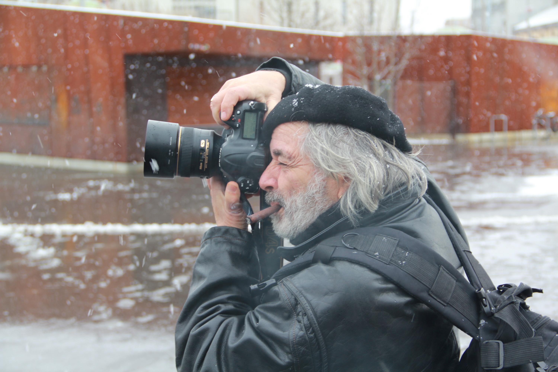 Seine erste Kamera bekam er als Teenager vom Regisseur und Dichter Pier Paolo Pasolini geschenkt. Seither ist Pino Bertelli überzeugt, dass die Strasse die wahre Fotografenschule ist.