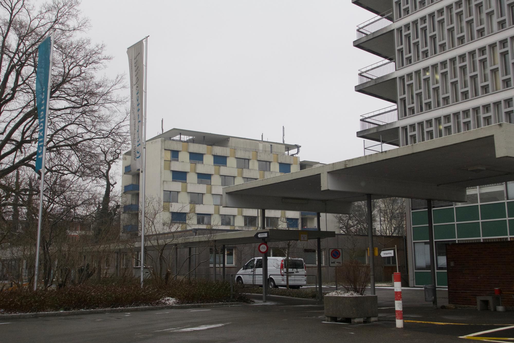Die ehemaligen, nicht geschützten Schwesternhäusern (im Hintergrund) sollen vorerst stehenbleiben und unter anderem als Wohnraum für Studierende gfenutzt werden.
