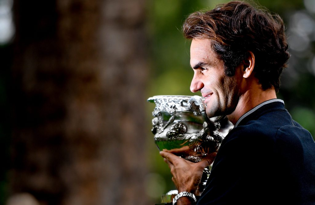 epa05760994 Switzerland's Roger Federer poses with his Australian Open Men's Singles trophy during a photo shoot at Carlton Gardens in Melbourne, Australia, 30 January 2017. Federer defeated Rafael Nadal of Spain in their final match. EPA/FILIP SINGER