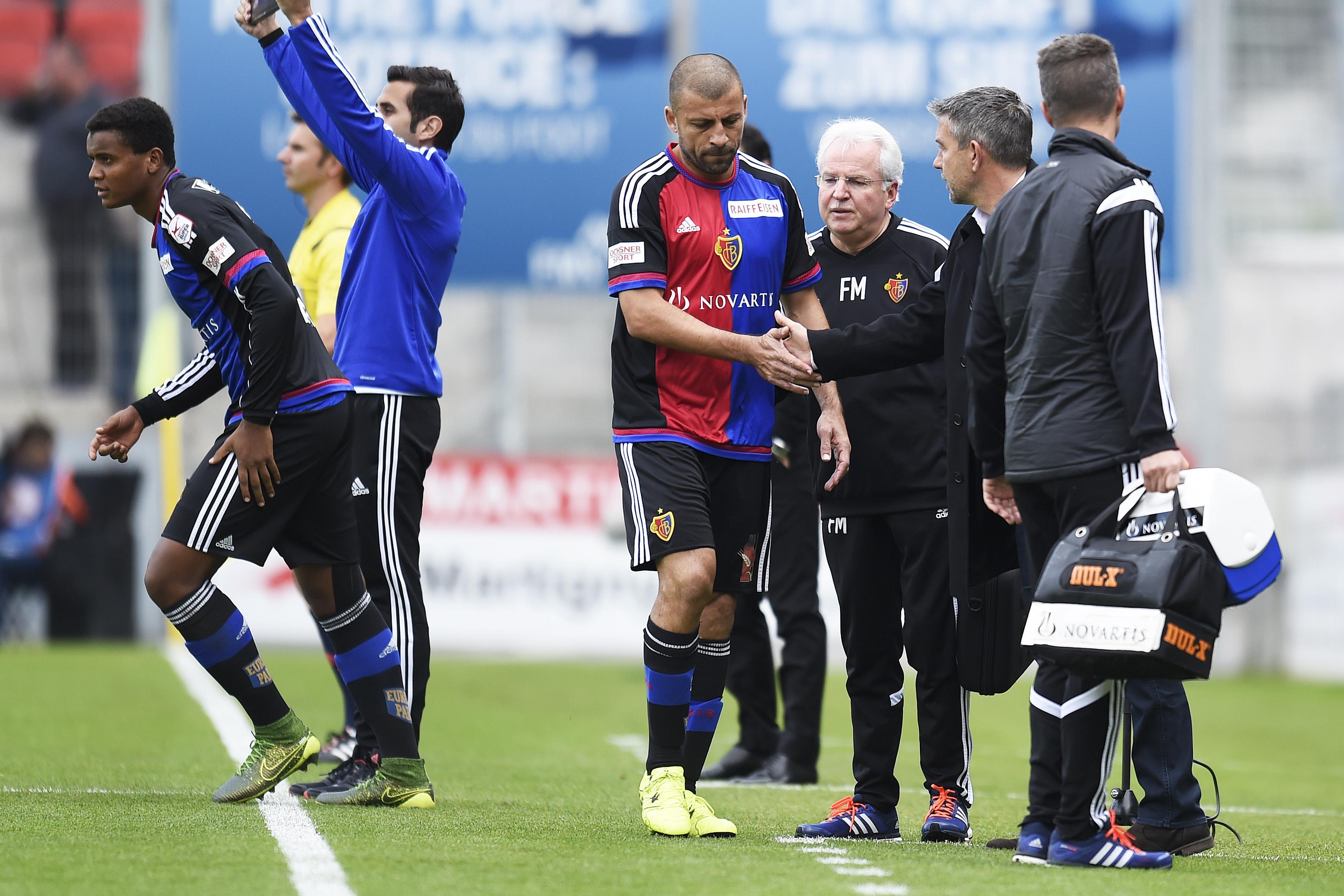 18.10.2015; Sion; Fussball Super League - FC Sion - FC Basel; Auswechslung Manuel Akanji (Basel) kommt fuer Walter Samuel (Basel) (Urs Lindt/freshfocus)