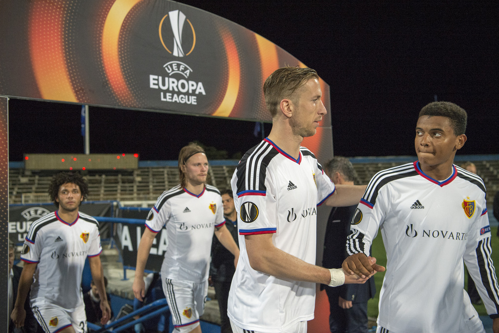 Basel's Mohamed Elneny, Birkir Bjarnason, Marc Janko and Manuel Akanji, from left, enter the pitch for the second half during the UEFA Europa League group I group stage matchday 4 soccer match between Portugal's C.F. Os Belenenses and Switzerland's FC Basel 1893 at the Estadio do Restelo in Lisbon, Portugal, on Thursday, November 5, 2015. (KEYSTONE/Georgios Kefalas)