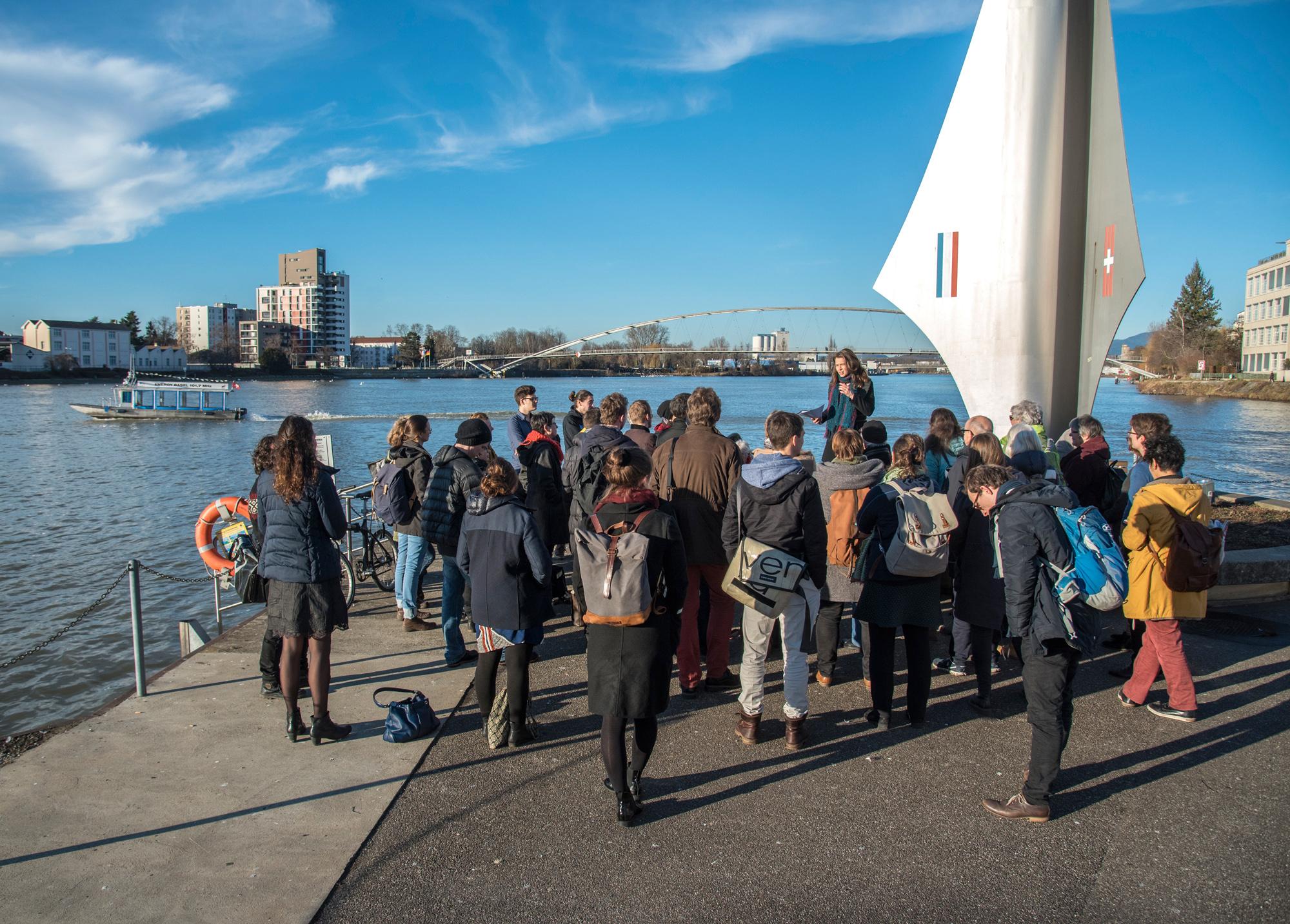 «Die soziale Gerechtigkeit wird dem neuen Stadtraum zum Opfer fallen» – Dr. Claudia Saalfrank erklärt den gleichgesinnten Spaziergängern vor dem «Pylon» ihre Position zum Projekt «3Land».