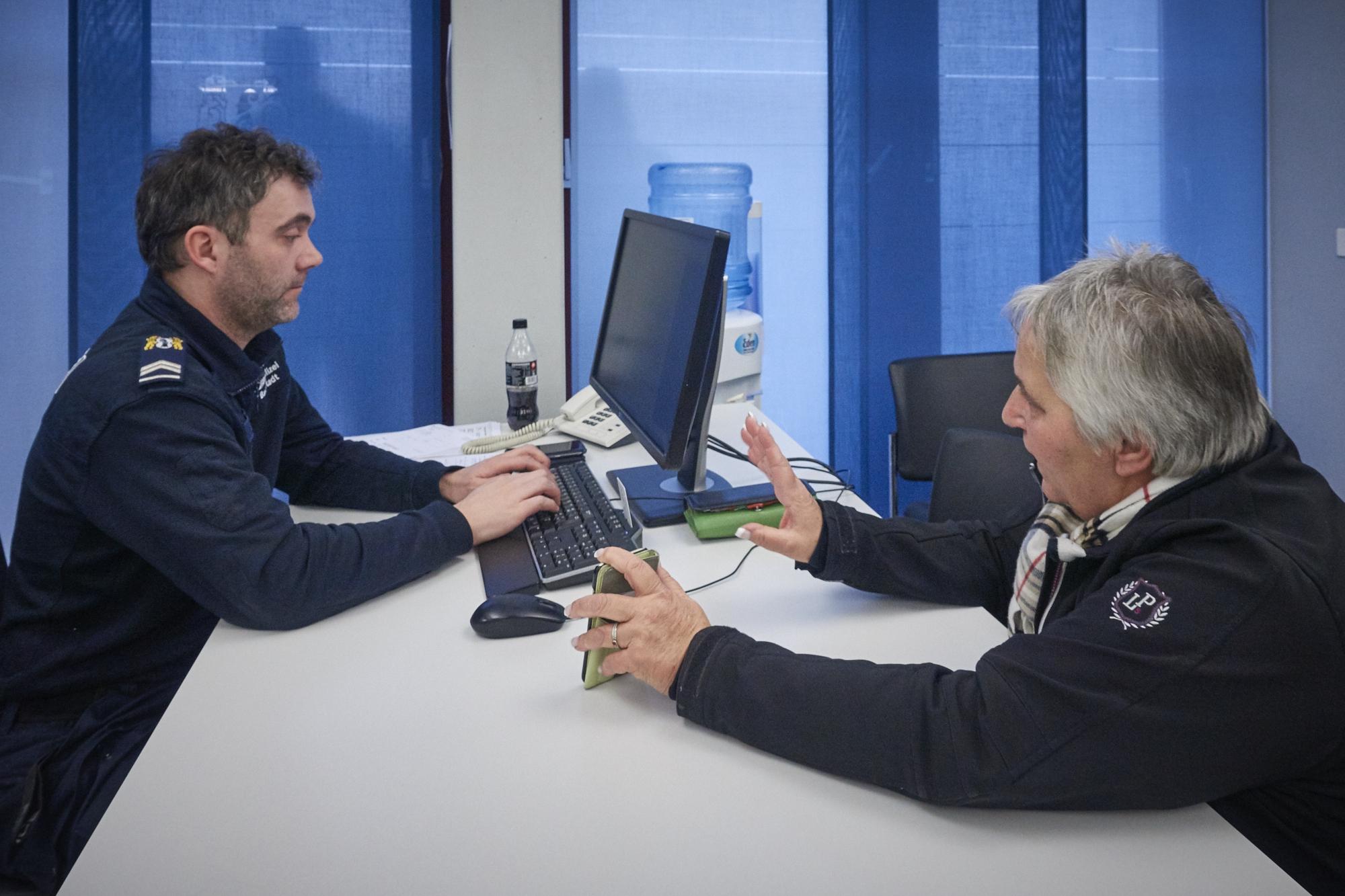 Rita Schatner zeigt dem Polizisten die Kennzeichen der gesichteten Uber-Fahrer. Ob es nützen wird, bleibt abzuwarten.