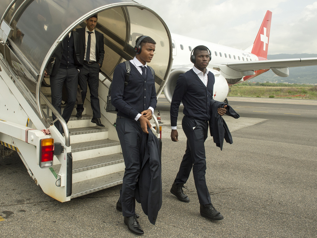 Manuel Akanji, left, and Breel Embolo, right, of Switzerland's soccer team FC Basel 1893 upon their arrival at the airport in Florence, Italy, on Wednesday, September 16, 2015. Switzerland's FC Basel 1893 is scheduled to play against Italy's ACF Fiorentina in an UEFA Europa League group I group stage matchday 1 soccer match on Thursday, September 17, 2015. (KEYSTONE/Georgios Kefalas)