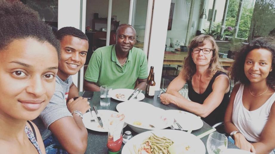 Manuel Akanji (zweiter von links) mit seinen älteren Schwestern (links und rechts) seinem nigerianischen Vater und seiner Schweizer Mutter.