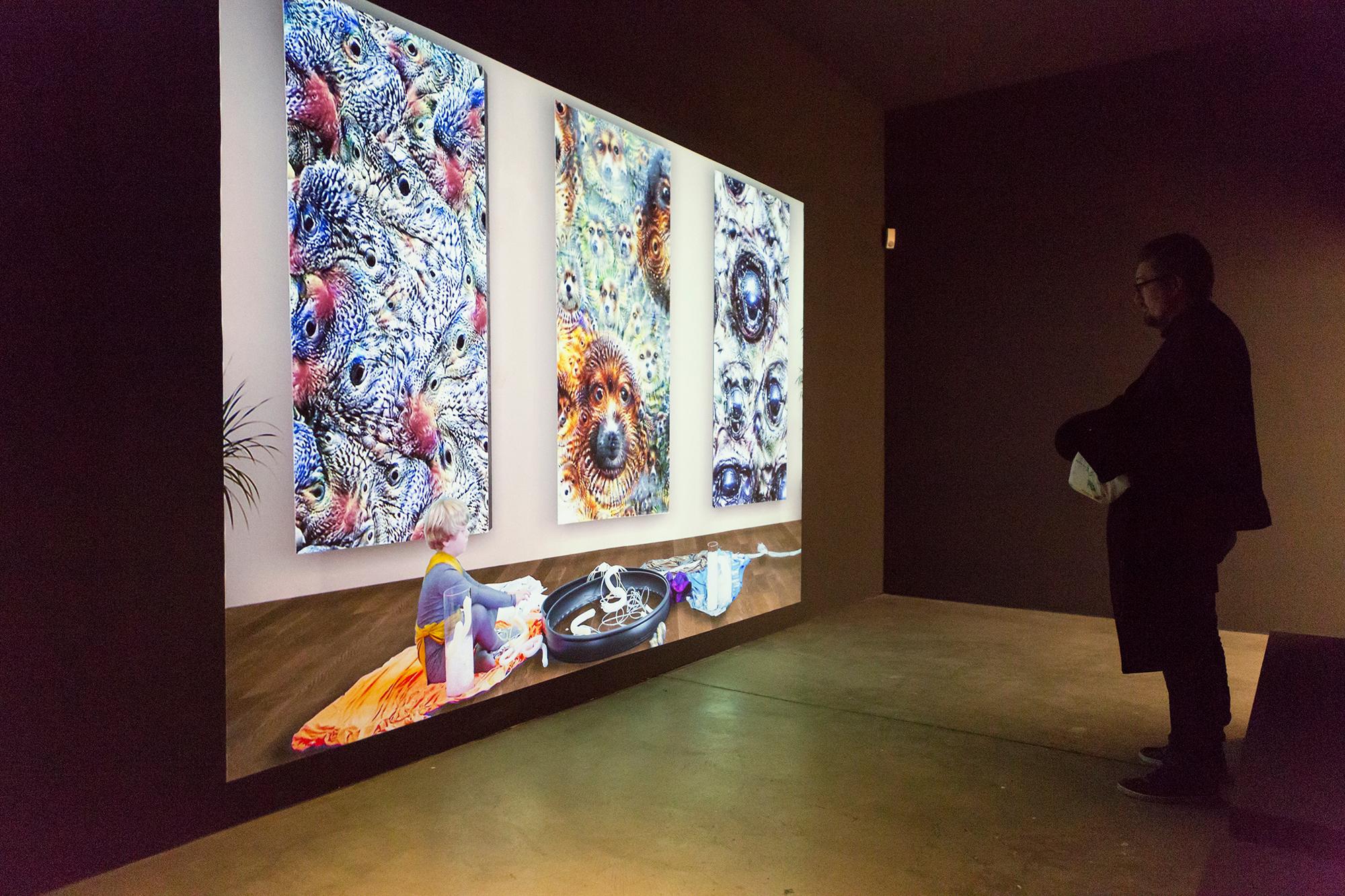 Die Video-Installation «My Elegant Robot Freedom» (2016) von Bruce Sterling, Sheldon Brown und anderen. Sterling stand den Machern der Ausstellung als Berater zur Seite.
