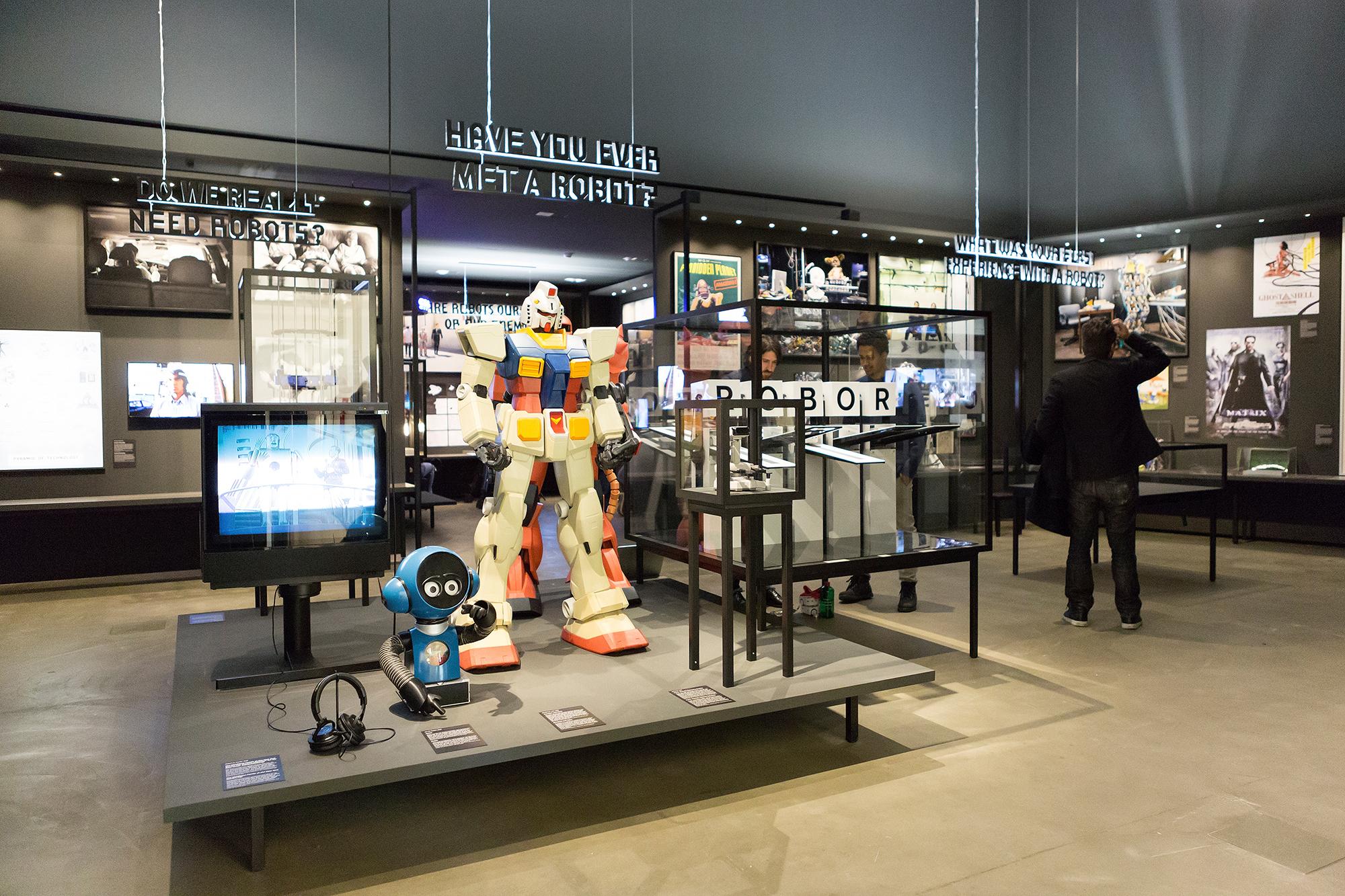 Der erste Raum: Unsere wohlbekannte, von der (Pop-)Kultur geprägte Vorstellung von dem, was ein Roboter ist.