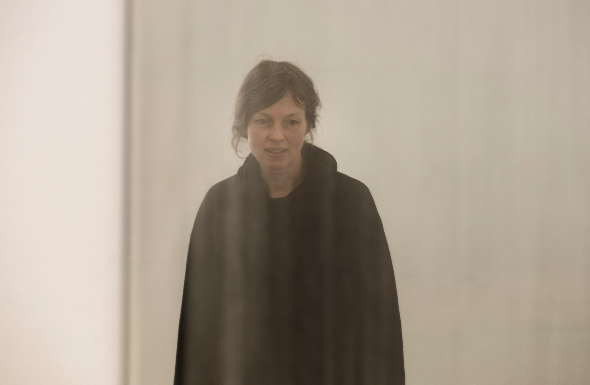 Im trüben Spiegel lässts sich besser sehen: Doris Lasch im präparierten Spiegelbild.