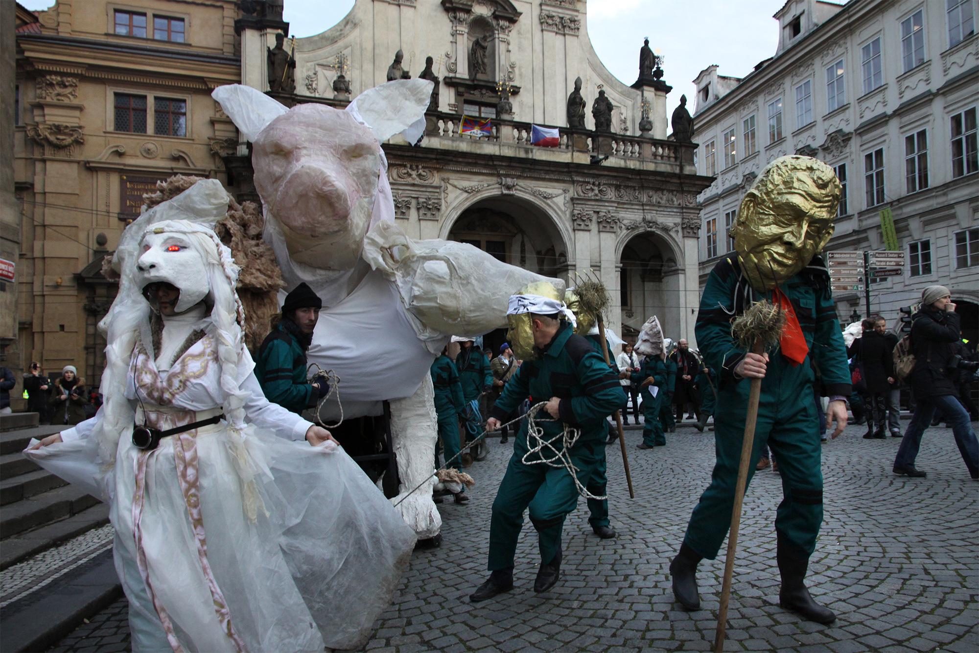 Die tschechische Version des Fasnachtssujets: Am Gedenktag der «Samtenen Revolution» bekommen die Politiker einen Spiegel vorgehalten. Dabei werden Ideen aus Basel eingewoben.