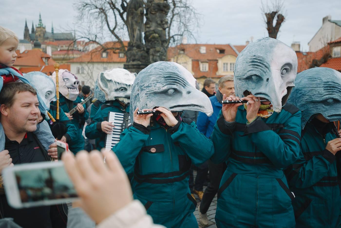 Zwei tschechische «Pfyfferinne»: Olga Cieslarová und ihre Kollegin Nora gaben letztes Jahr auch am 17. November in der Prager Altstadt ein paar Märsche zum Besten.