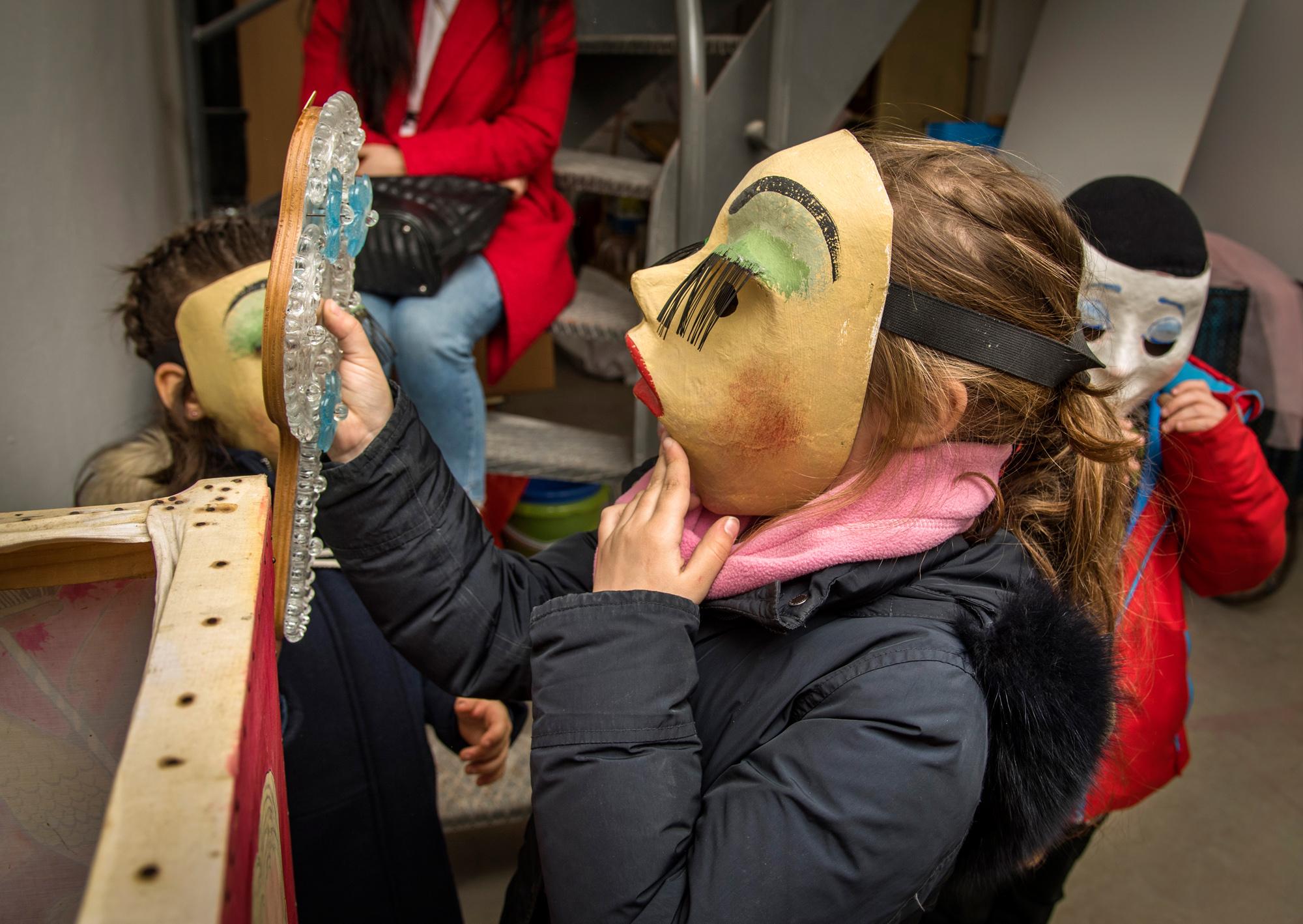 Larven alter Schule warten in Saubis Fasnachtskeller jedes Jahr auf dankbare Kinder. Die Kostüme stammen vom Theater oder von Schneiderinnen aus dem Quartier.