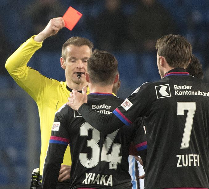 Der Alain Bieri, links, zeigt dem Basler Taulant Xhaka, Mitte, die rote Karte im Viertelfinal des Schweizer Cups zwischen dem FC Basel 1893 und dem FC Zuerich im Stadion St. Jakob-Park in Basel, am Donnerstag, 2. Maerz 2017. (KEYSTONE/Georgios Kefalas)