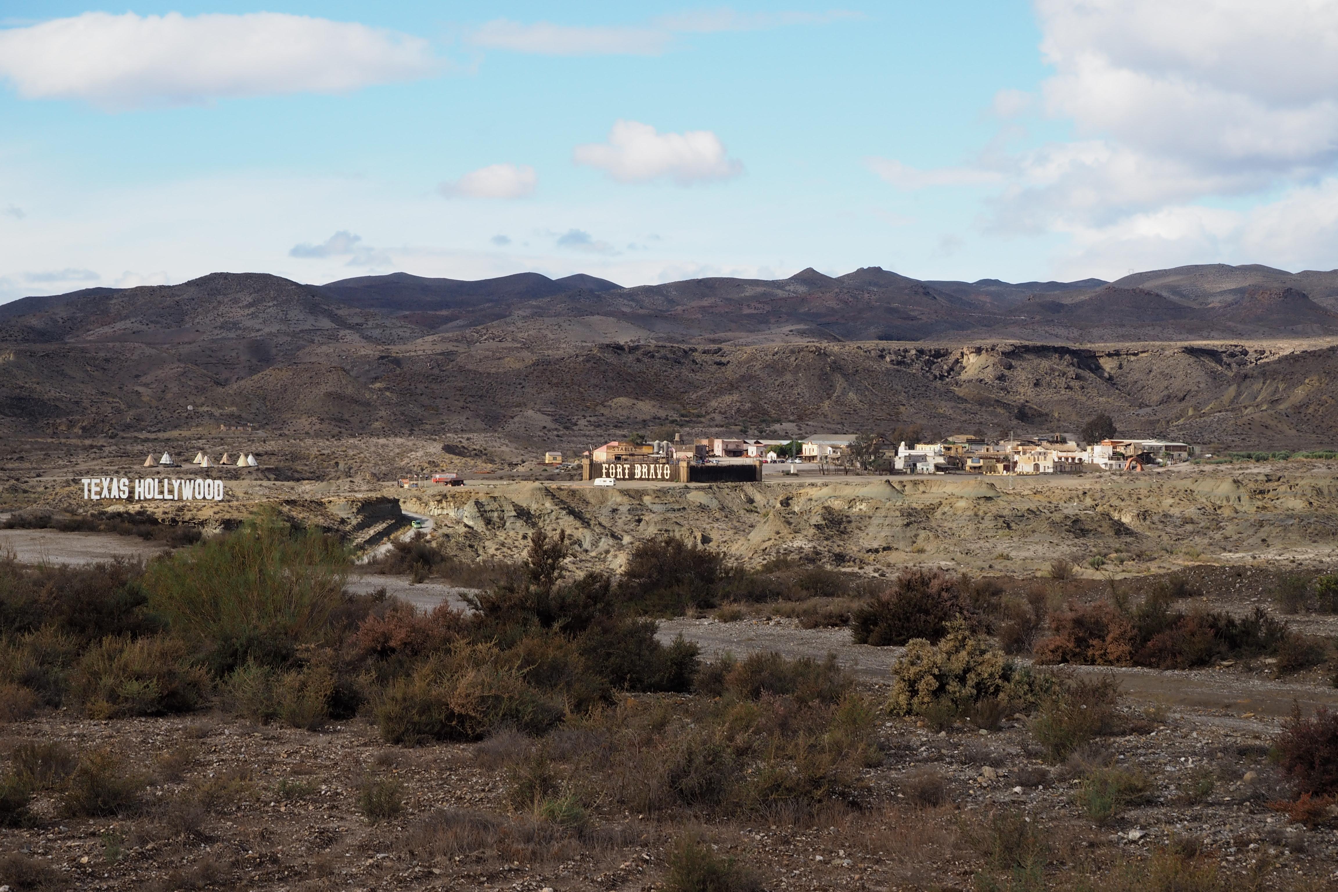 Fort Bravo: Ein bisschen Hollywood in der spanischen Wüste – Indianersiedlung inklusive (links).
