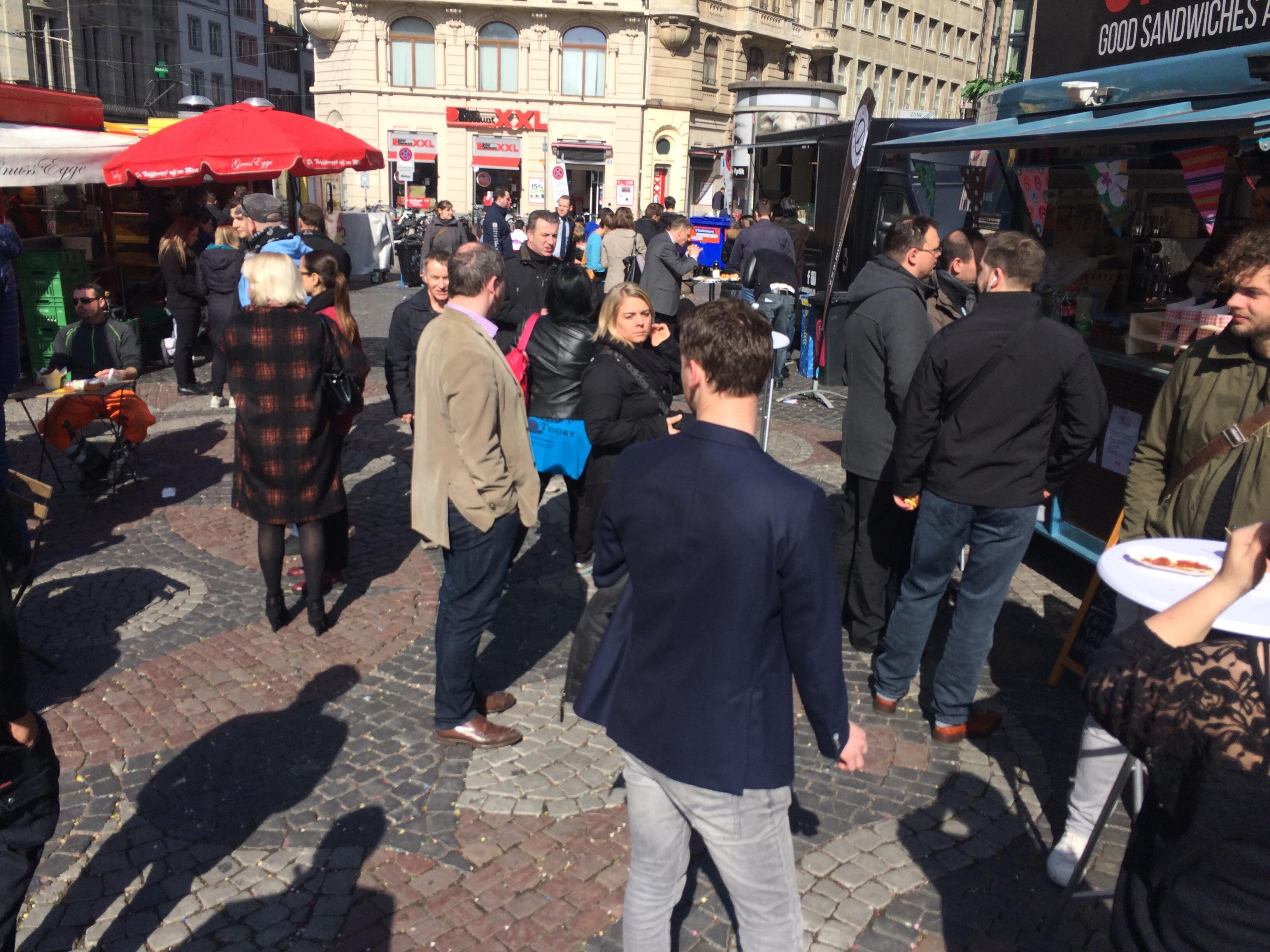 Der «Schlemmer-Markt» an seinen ersten Tag: Das Publikum reagiert neugierig.