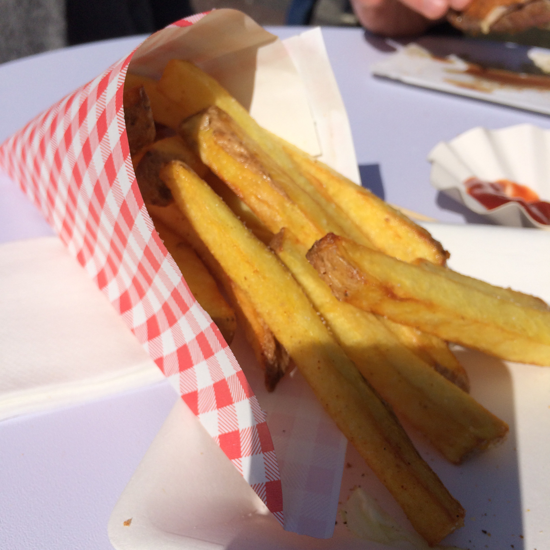 Die handgemachten Pommes bei «Chivito» sind würzig, knusprig und im wahrsten Sinne des Wortes: gross. Selten war sich die TaWo-Redaktion in einer Sache so einig.