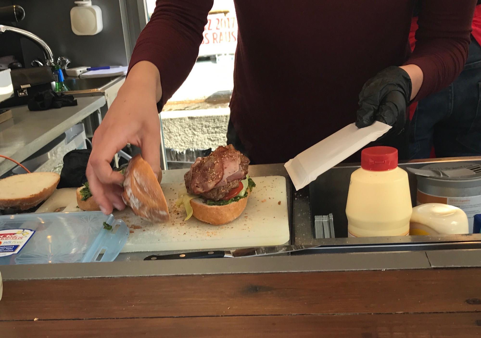 Brot mit Rind und Speck auf Chimichurri, Salat und Tomatenscheiben, getestet von Mike Niederer:«Das Brötchen ist weich genug, um das Sandwich in jeder Situation zusammenzuhalten, und hat doch den nötigen Biss.»