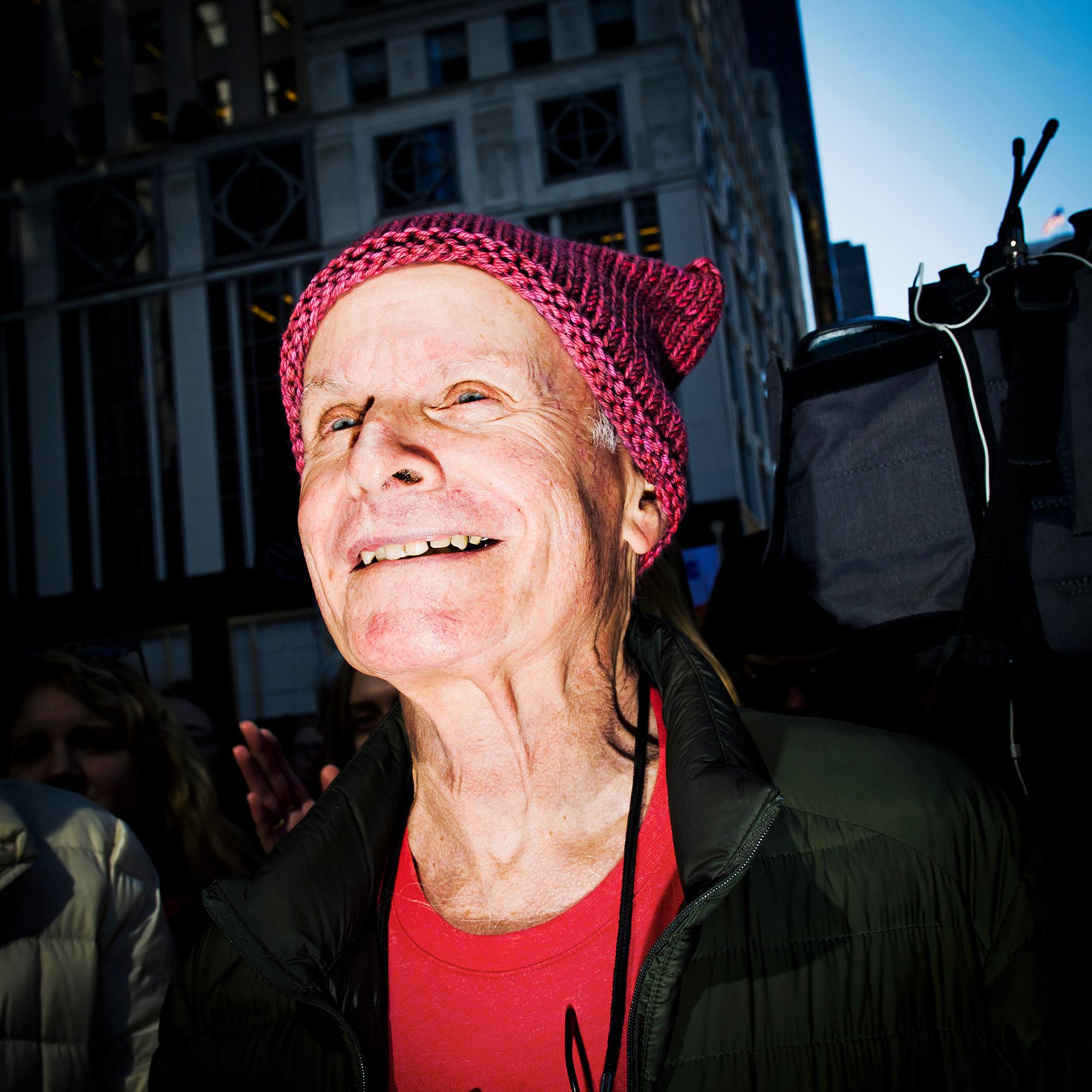 Mann trägt Pussy-Hat: Eindrücke vom women's strike am Weltfrauentag, 8. März 2017, in New York.