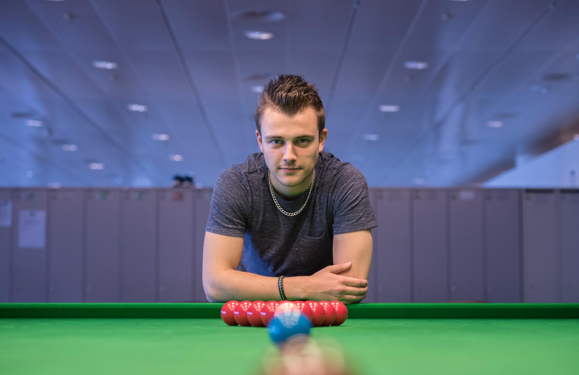 Ursenbacher trainiert in T-Shirt und Jogging-Hose. Bei Snooker-Turnieren heisst der Dresscode: Hemd, Weste und Schlips.