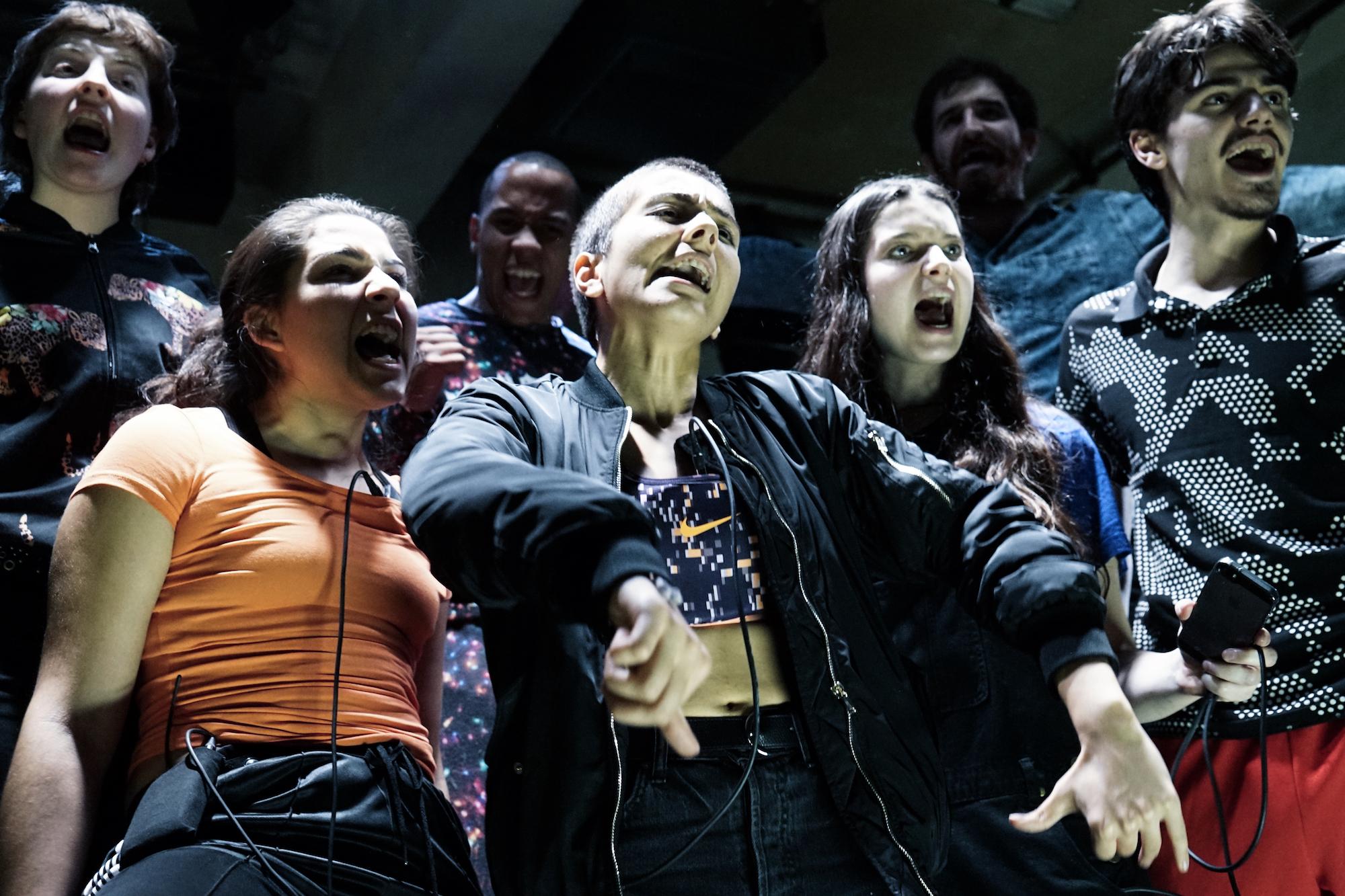 Mitreissend kraftvoll gespielt, aber an der thematischen Metabene gescheitert: Das Ensemble des Jungen Theaters Basel mit «Zucken».