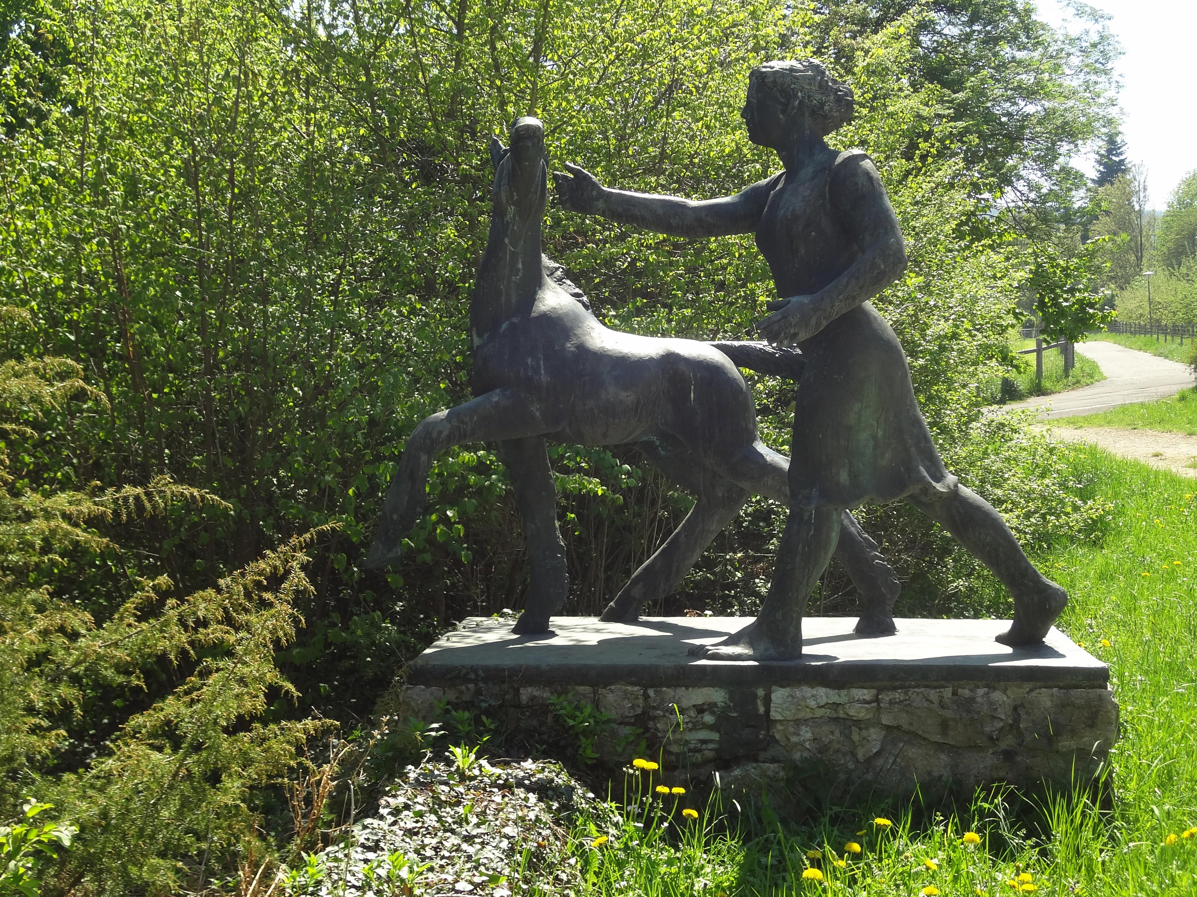 Junge Frau mit störrischem Pferd: Fritz Bürgins ironischer Kommentar zu Carl Burckhardts Amazonen-Plastik.