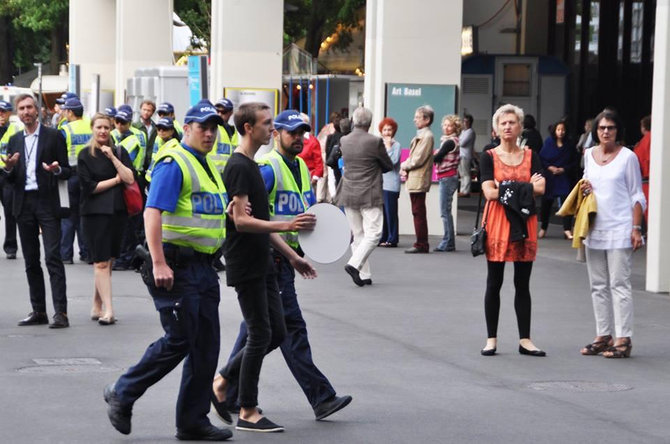 Unverzüglich abgeführt: Die Polizei nahm jeden ab, der einen weissen Pappteller in der Hand hielt. (Inken Zierenberg)