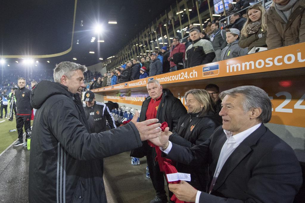 Die Basler mit Trainer Urs Fischer, links, feiern nach dem Fussball Meisterschaftsspiel der Super League zwischen dem FC Luzern und dem FC Basel vom Freitag 28. April 2017 in Luzern. (KEYSTONE/Urs Flueeler)