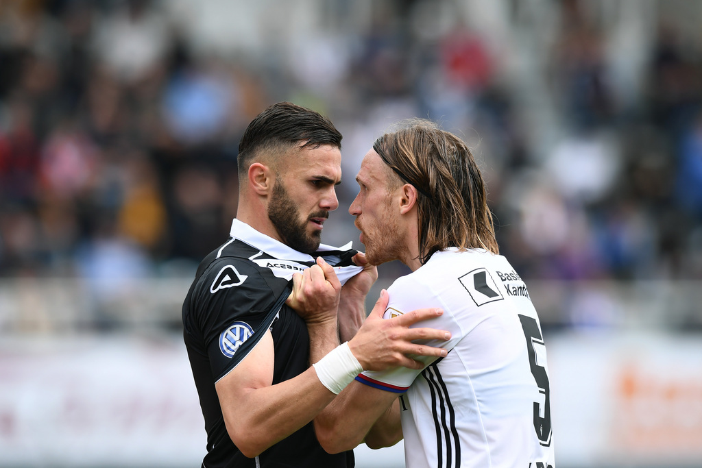 Face to face between Lugano's player Armando Sadiku, left, and Basel's player Michael Lang, right, during the Super League soccer match FC Lugano against FC Basel, at the Cornaredo stadium in Lugano, Sunday, May 7, 2017. (KEYSTONE/Ti-Press/Gabriele Putzu)