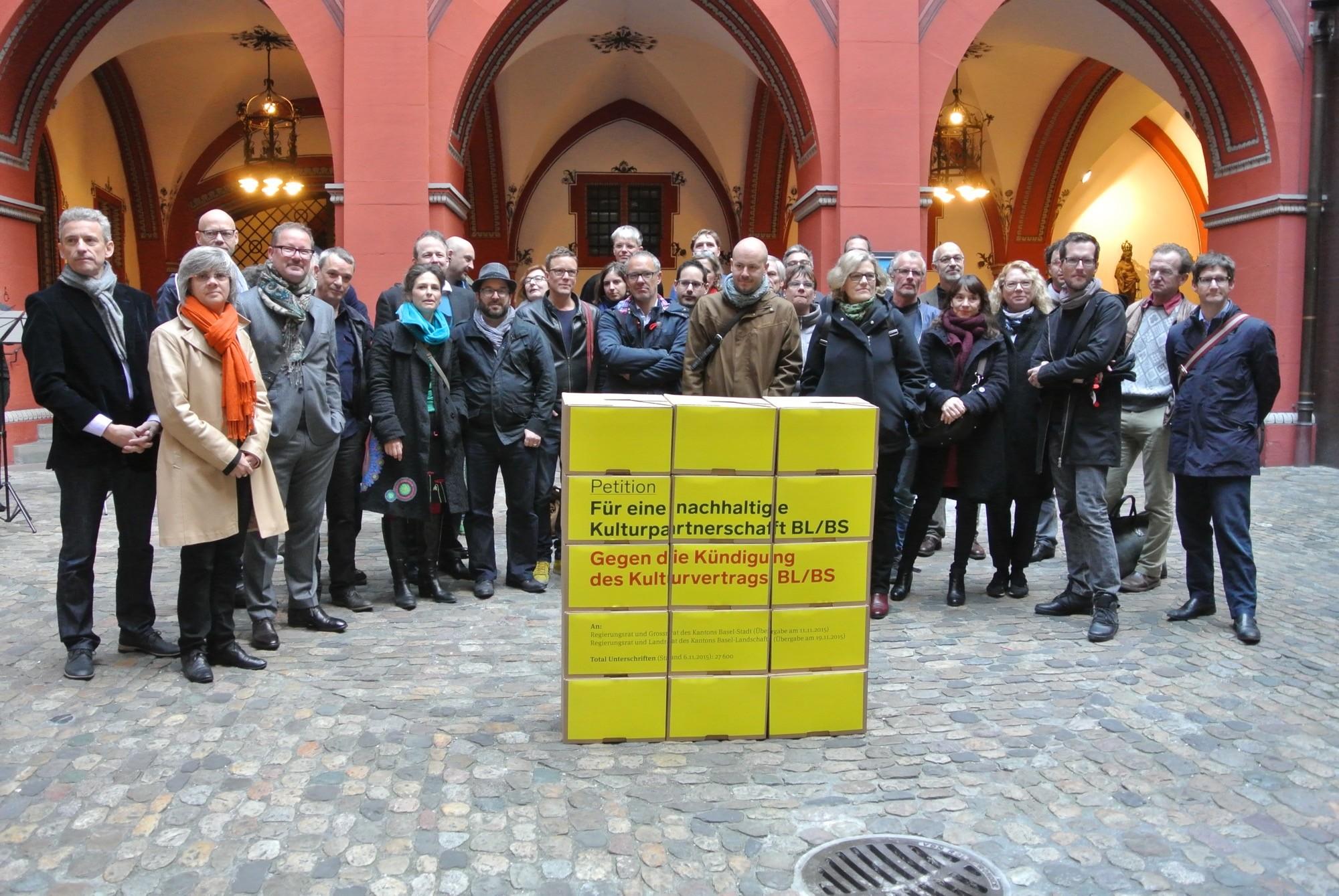 Die Köpfe der Kulturstadt Basel bei der Übergabe ihrer Petition «für eine nachhaltige Kulturpartnerschaft» im Basler Rathaus.