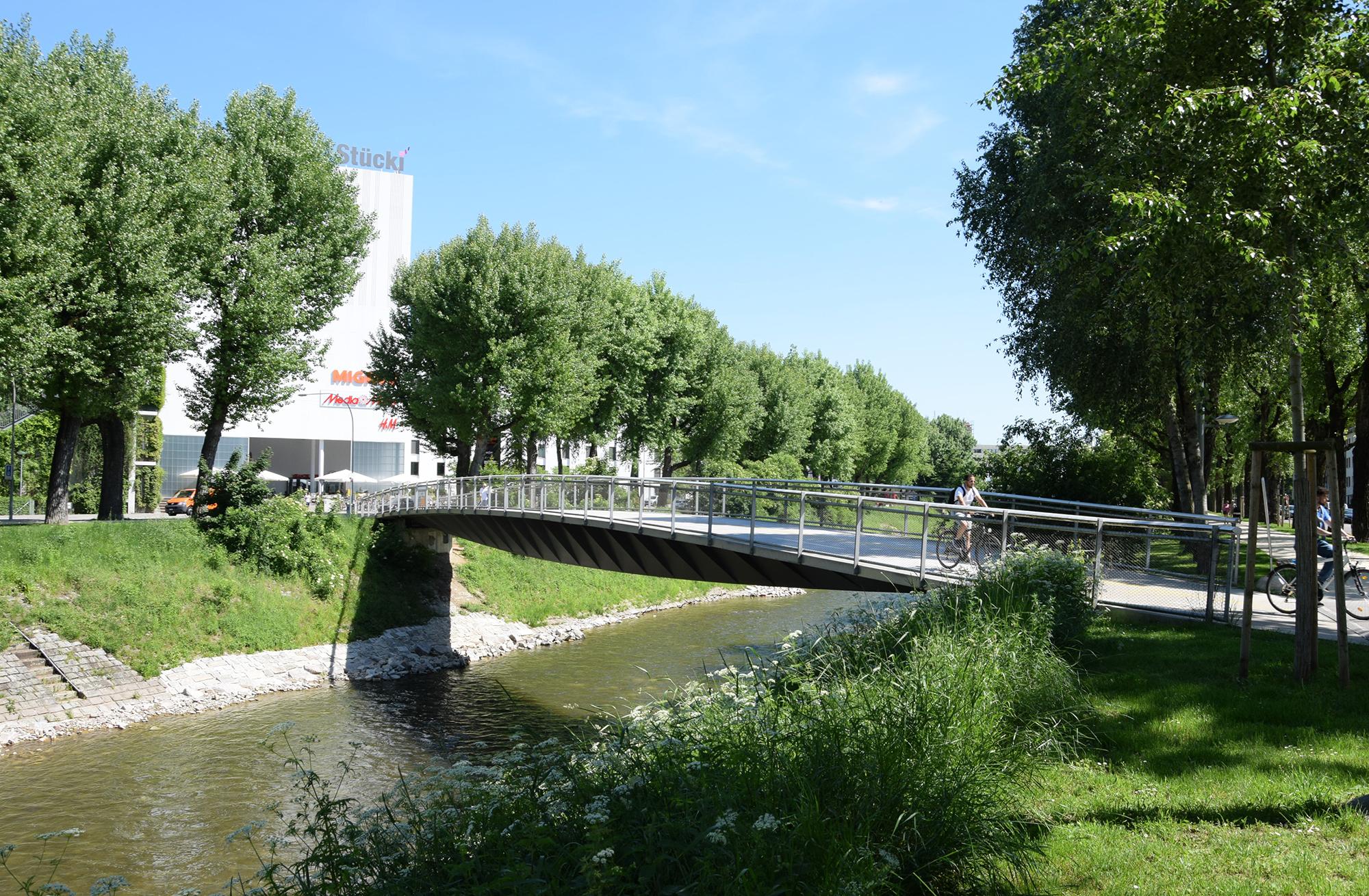 Brücke ins Glück: Der Stückisteg wurde von den Betreibern des Einkaufzentrums gebaut, damit auch Velofahrer den Weg in den Shopping-Tempel finden.