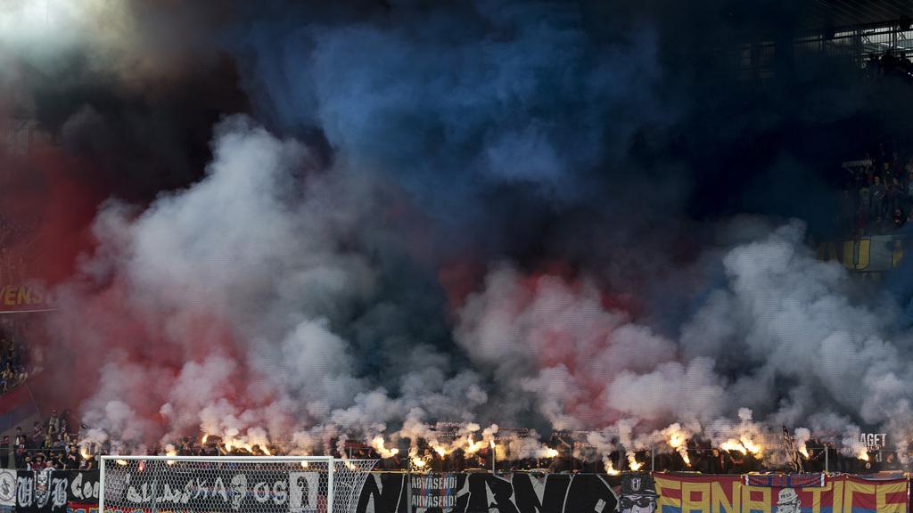 Die Fans der Muttenzer Kurve begruessen die Mannschaften vor dem Fussball Meisterschaftsspiel der Super League zwischen dem FC Basel 1893 und dem FC Sion im Stadion St. Jakob-Park in Basel, am Donnerstag, 18. Mai 2017. (KEYSTONE/Georgios Kefalas)