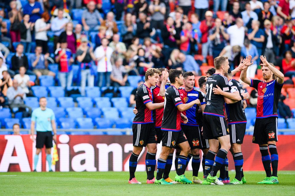 Das Team des FC Basel 1893 jubelt nach dem ersten Tor im Fussball Meisterschaftsspiel der Super League zwischen dem FC Basel 1893 und dem FC Sion im Stadion St. Jakob-Park in Basel, am Donnerstag, 18. Mai 2017. (PPR/Manuel Lopez)