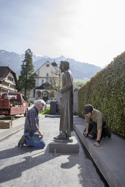 Für die Grosse Sause setzte Sachseln ihren Niklaus von Flüe um – von einem Eck in die Mitte ihres modernen Dorfbrunnens.