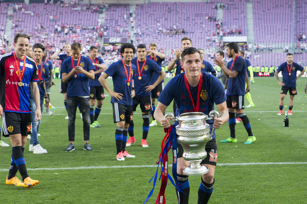 Basel's midfielder Taulant Xhaka cheers with the trophy after winning the Swiss Cup final soccer match between FC Basel 1893 and FC Sion at the stade de Geneve stadium, in Geneva, Switzerland, on Thursday, May 25, 2017. (KEYSTONE/Salvatore Di Nolfi)