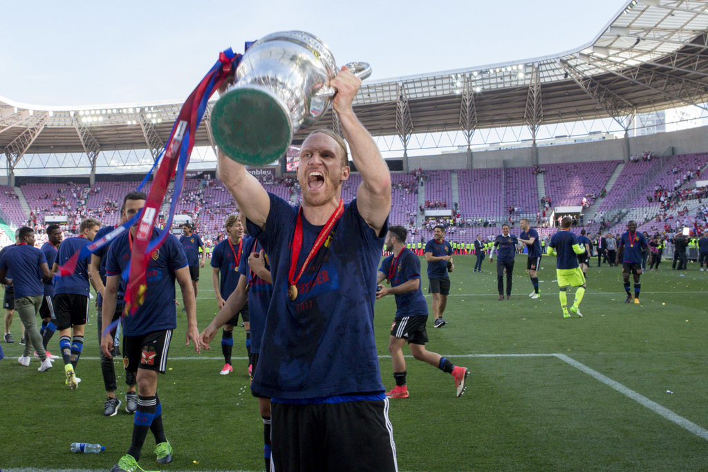 Basel's defender Michael Lang cheers with the trophy after winning the Swiss Cup final soccer match between FC Basel 1893 and FC Sion at the stade de Geneve stadium, in Geneva, Switzerland, on Thursday, May 25, 2017. (KEYSTONE/Salvatore Di Nolfi)