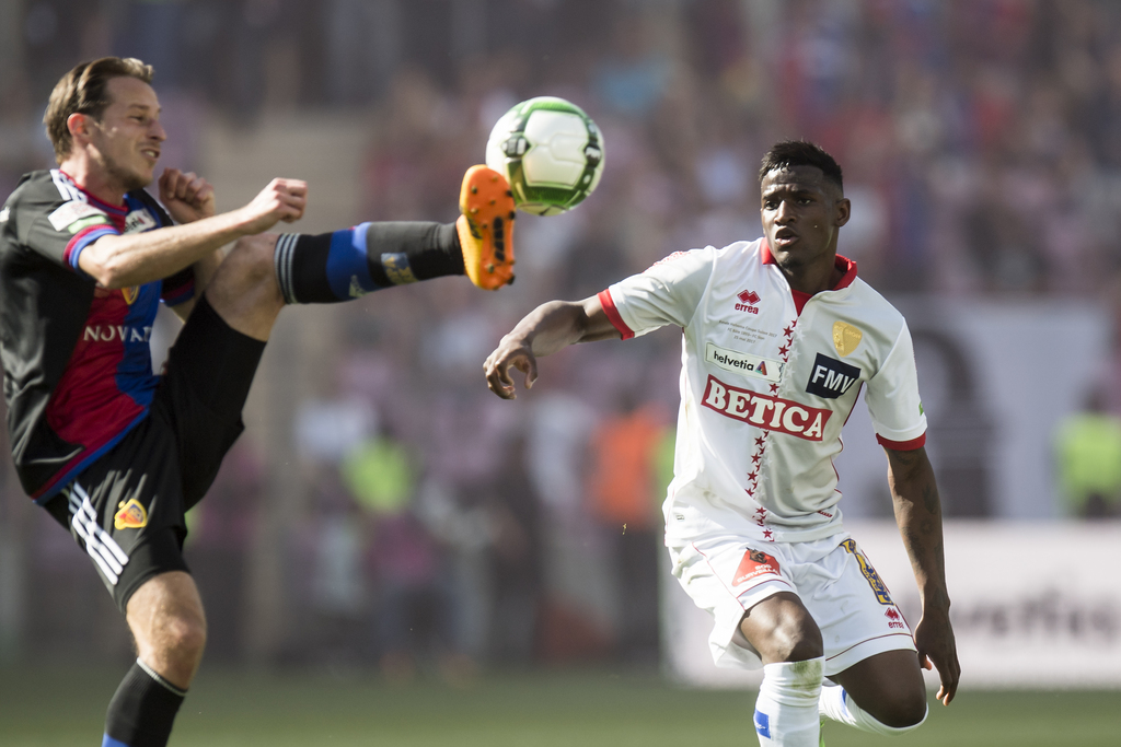 Basel's midfielder Luca Zuffi, left, fights for the ball with, Sion's midfielder Joaquim Adao, right, during the the Swiss Cup final soccer match between FC Basel 1893 and FC Sion at the stade de Geneve stadium, in Geneva, Switzerland, Thursday, May 25, 2017. (KEYSTONE/Jean-Christophe Bott)