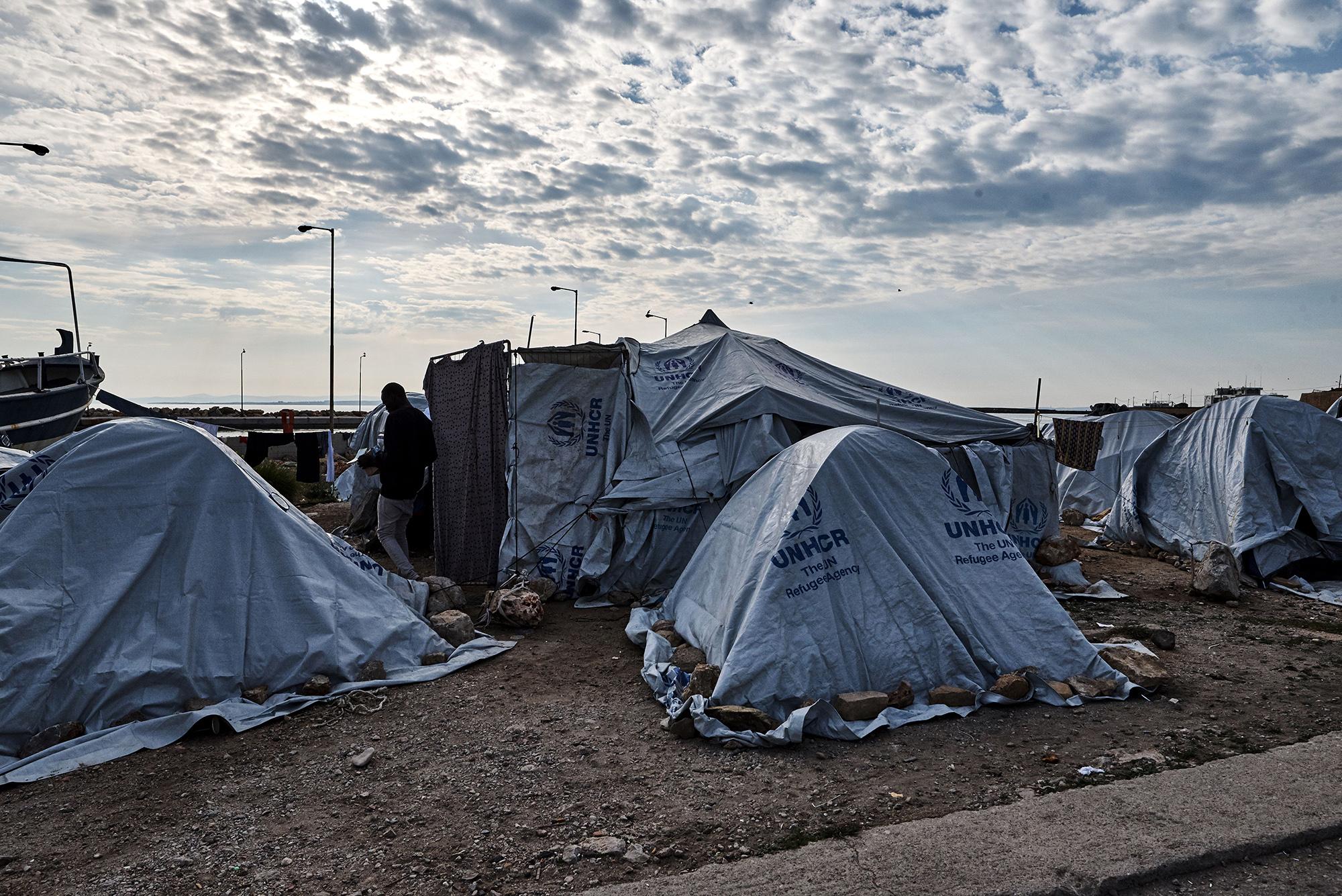 Camps überfüllt: Aus Platznot hausen zahlreiche Flüchtlinge auf Brachen oder am Strand auf der Ägäisinsel Chios.