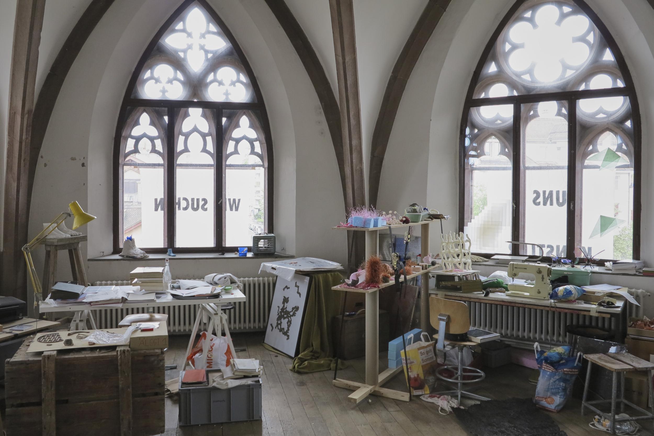 Ein Gemeinschaftsatelier im Kirchenschiff: An der Lokalität nagt der Zahn der Zeit. Sie ist etwas heruntergekommen, dafür aber historisch wertvoll.