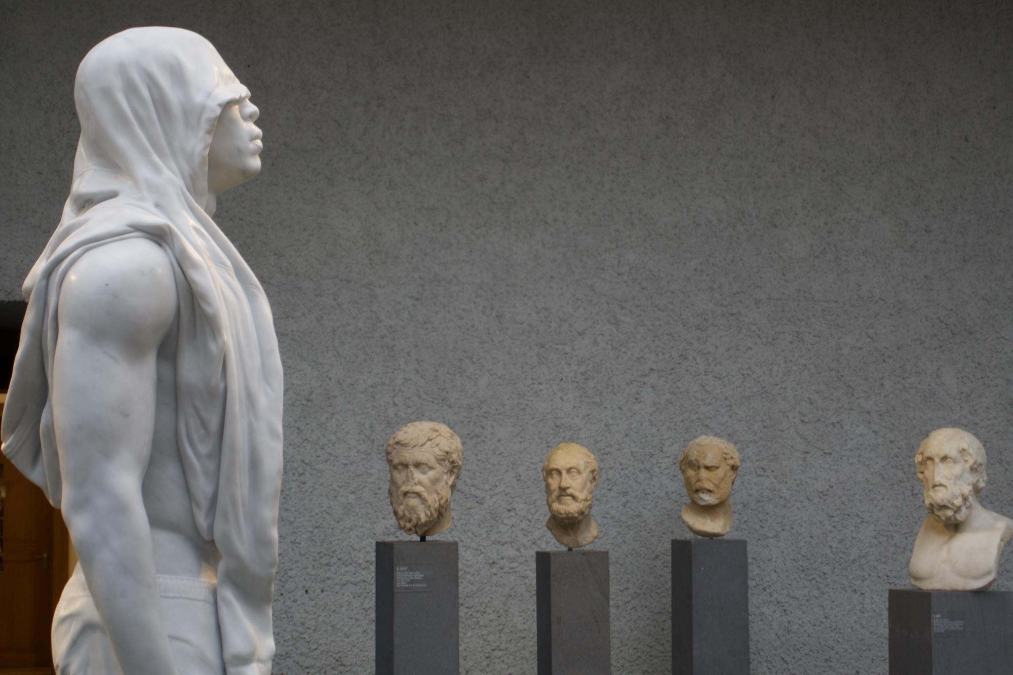 Da staunen die alten Gesichter: zeitgenössische Marmorskulptur vo0n Reza Aramesh in Gegenwart antiker Plastiken.