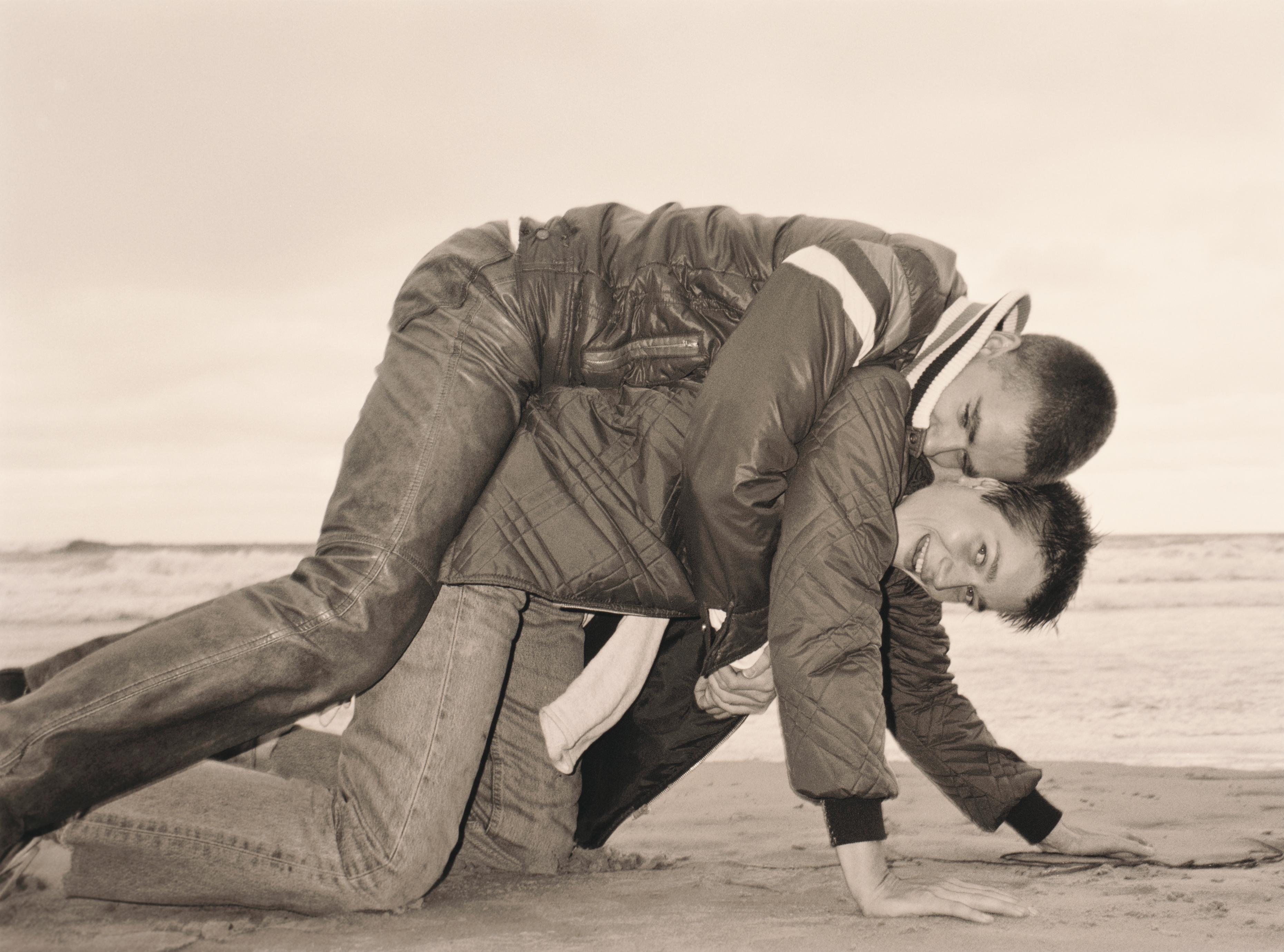 Wolfgang Tillmans: «Lutz & Alex on beach».